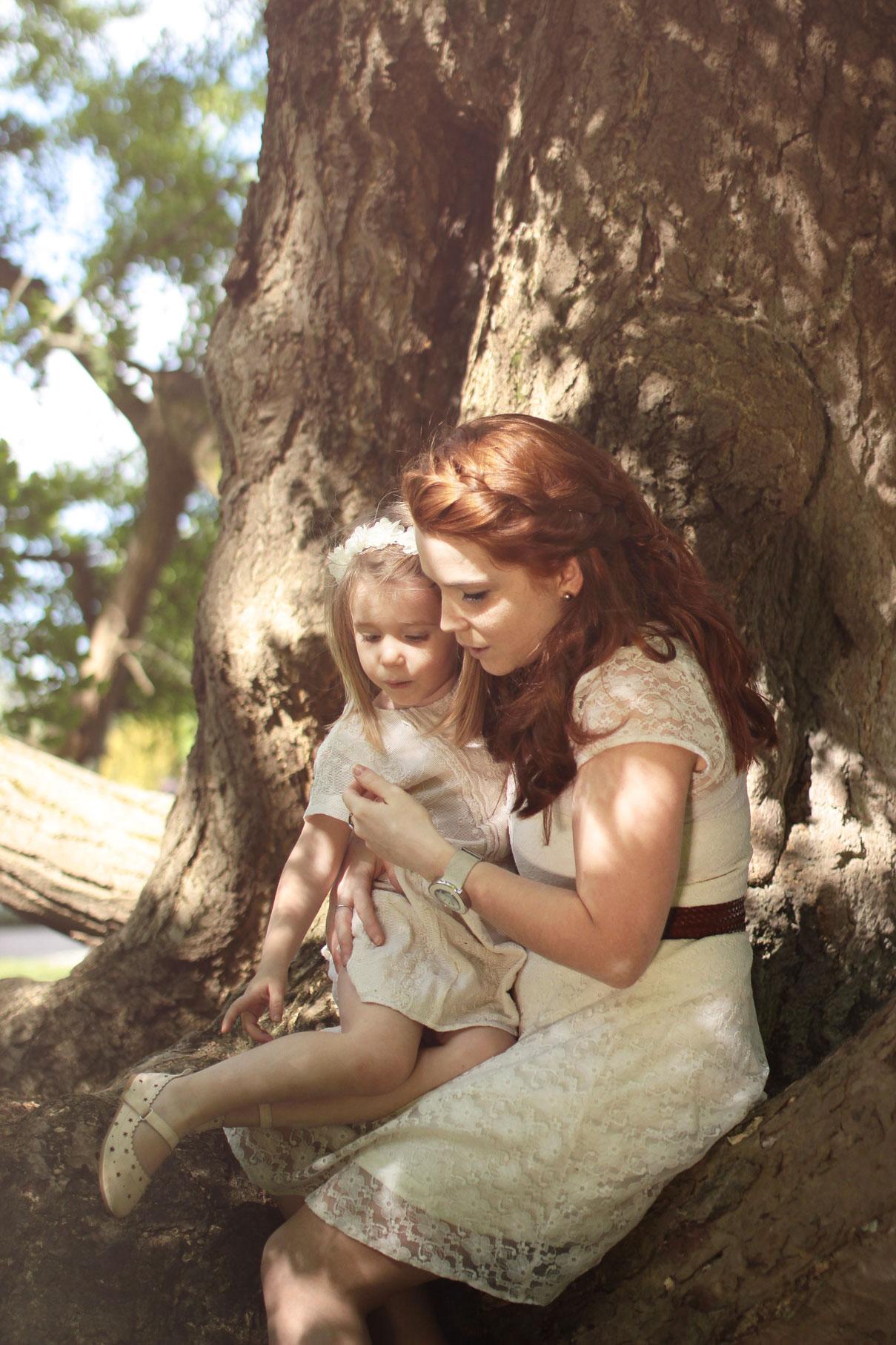 Une mère et sa fille assise sur un tronc d'arbre