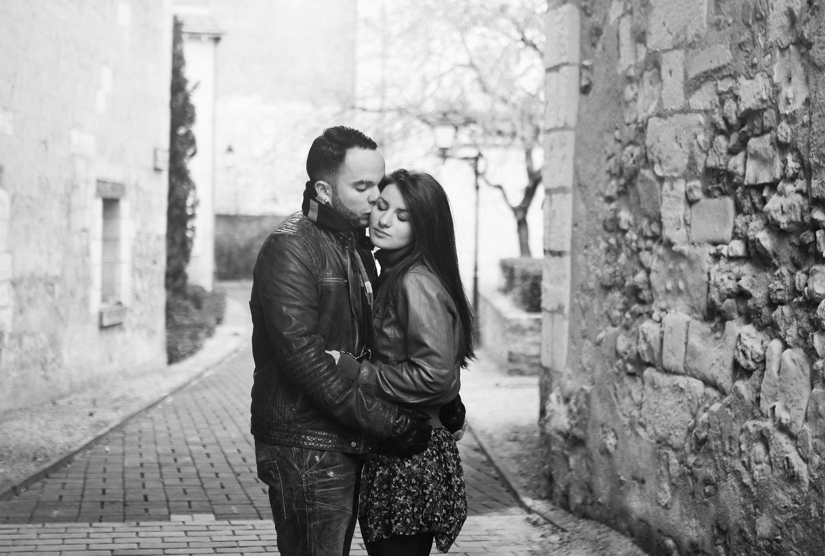 Couple enlacé dans une ruelle de Tours