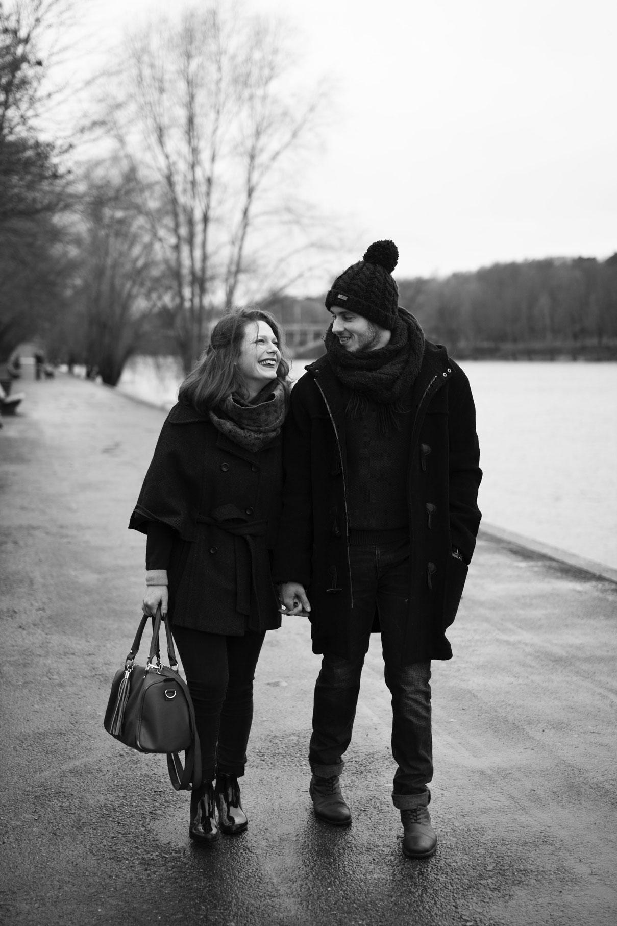 Couple riant sur les bords de Loire se baladant main dans la main