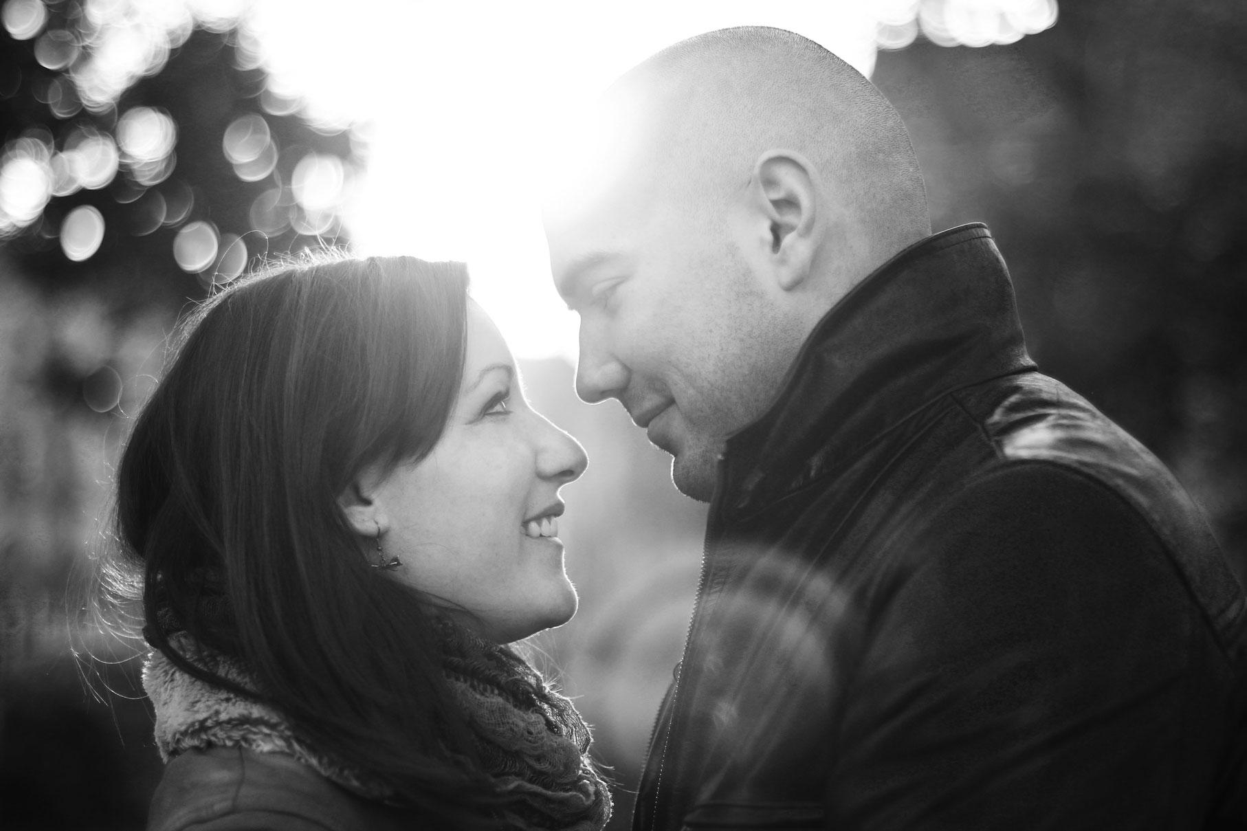 Portrait d'un couple de profil les yeux dans les yeux