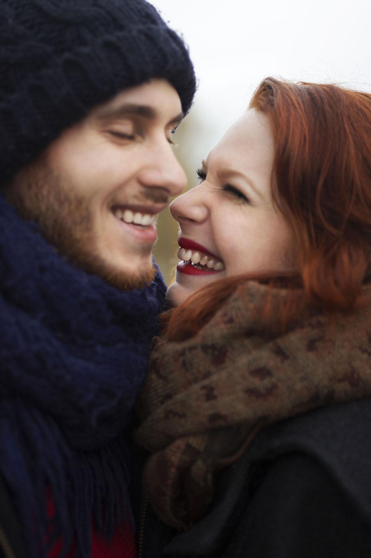 Portrait d'un couple complice et rieur