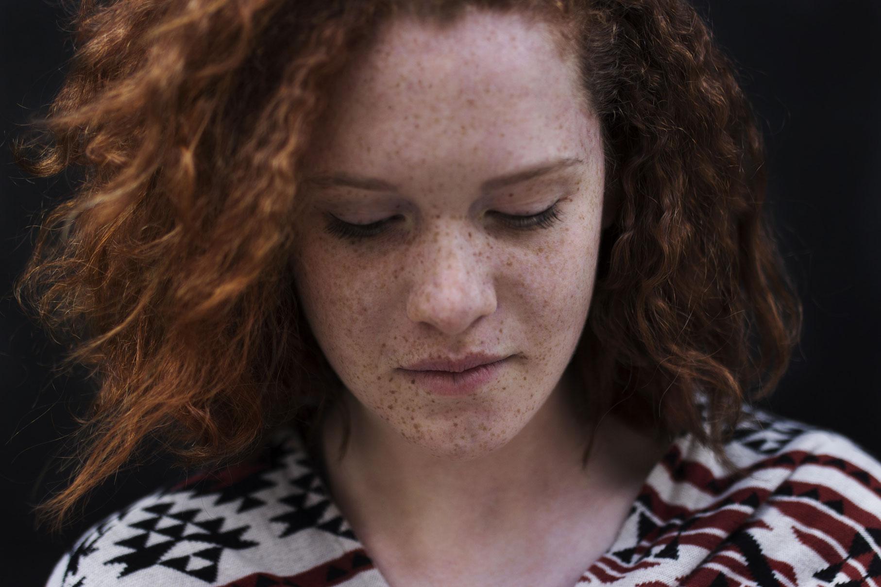 Photo de portrait d'une jeune femme rousse en gros plan