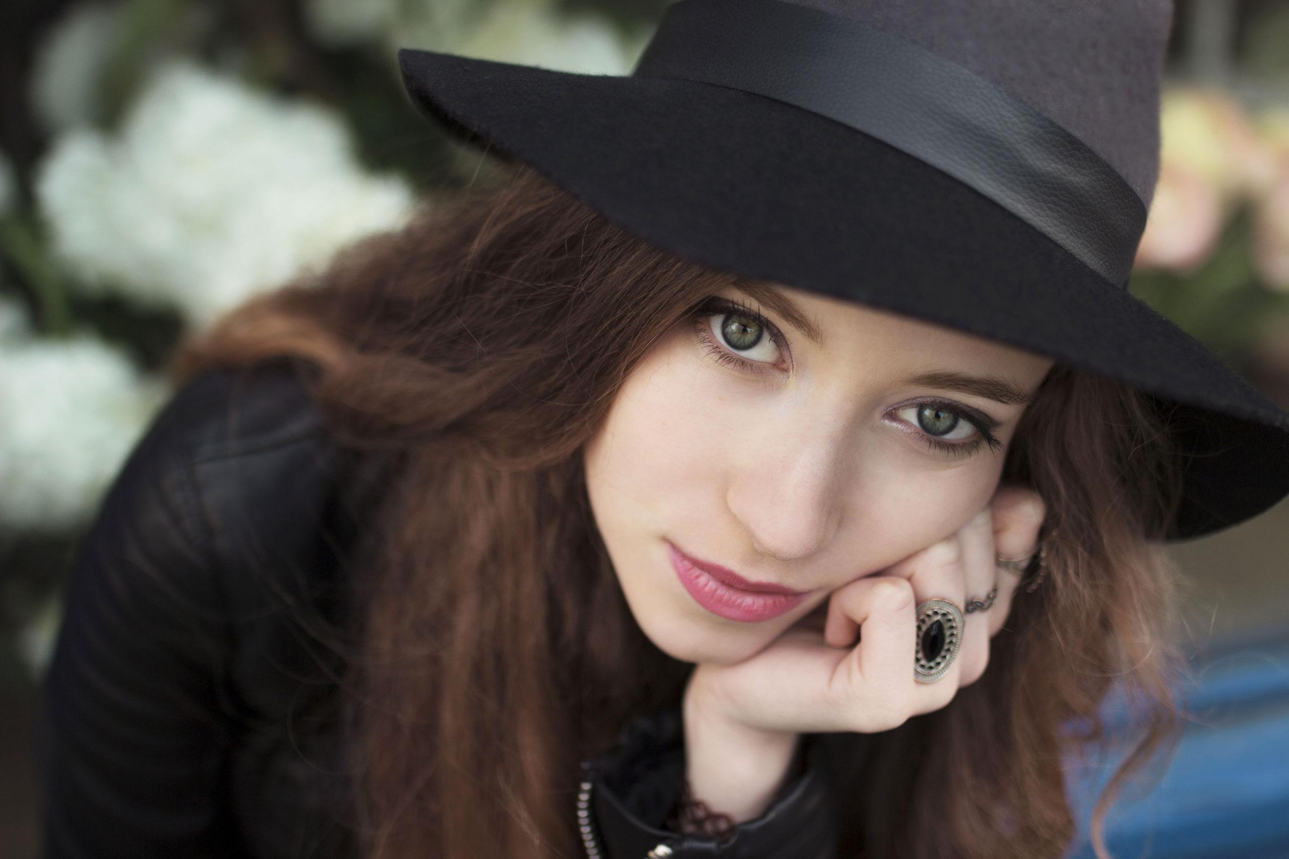 Photo de portrait d'une jeune femme avec les cheveux long et un chapeau