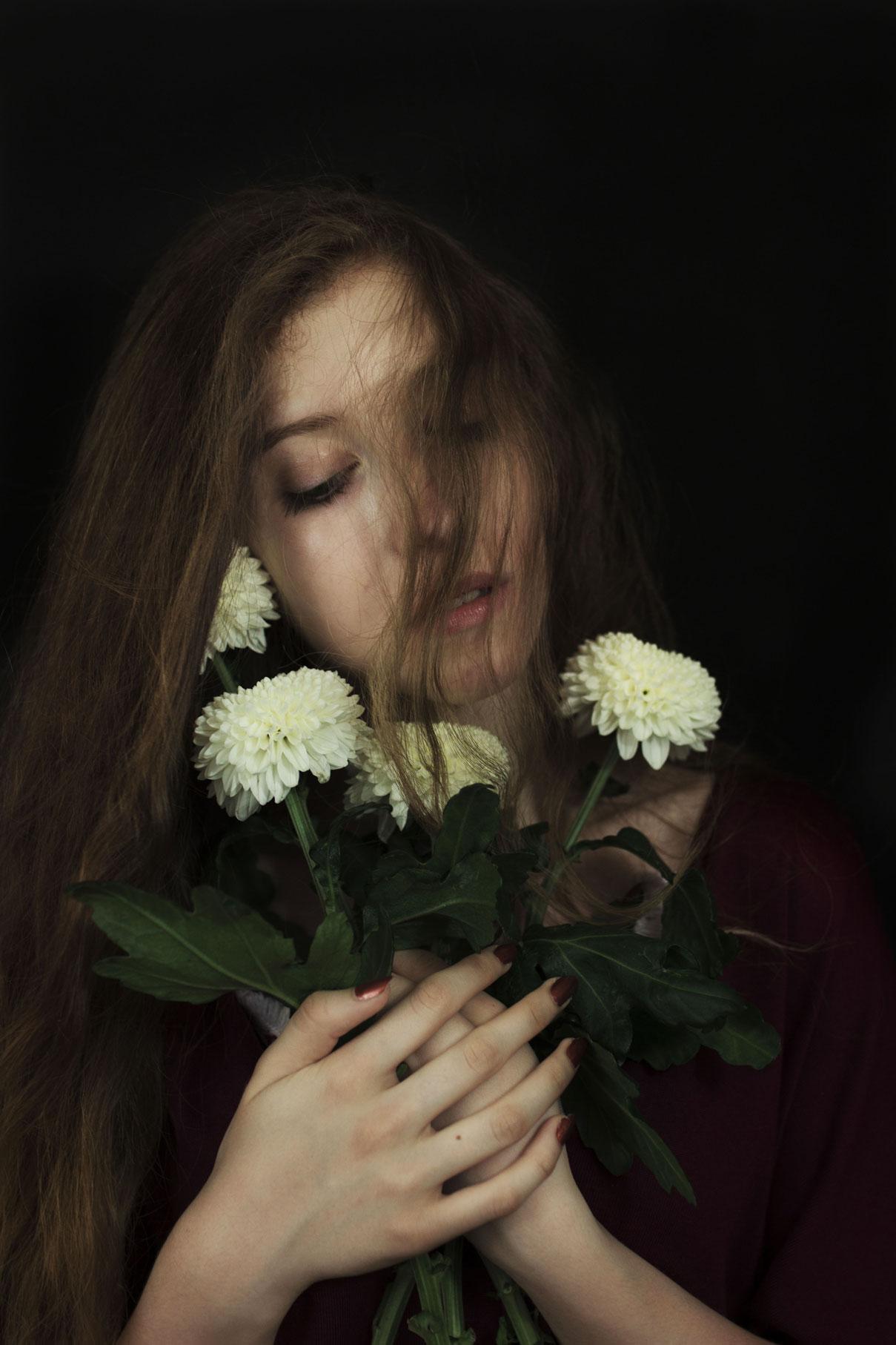 jeune femme aux long cheveux blond vénitiens avec des fleurs blanches