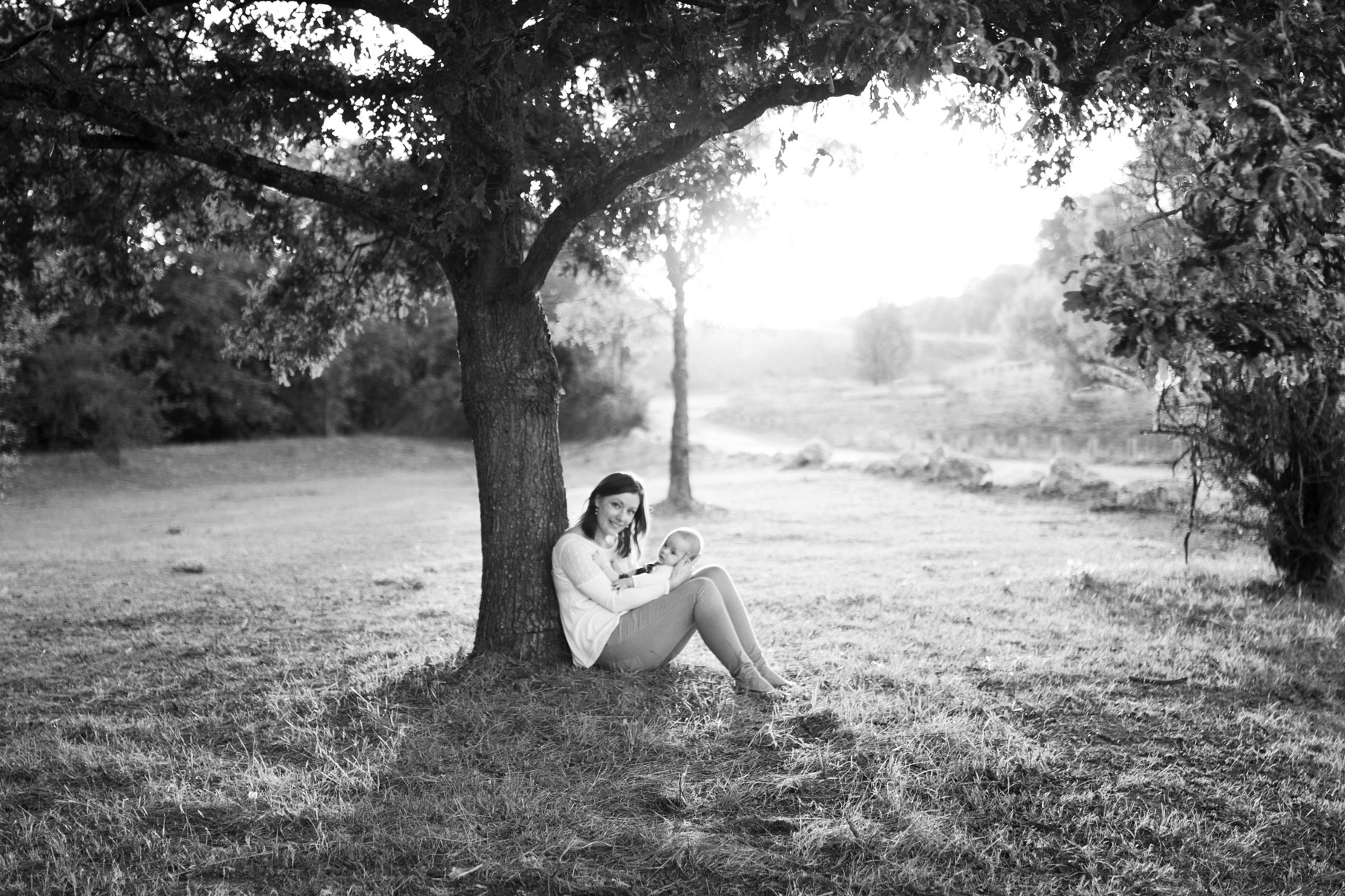 Cyrielle et son bébé Joshua au coucher du soleil au pied d'un arbre