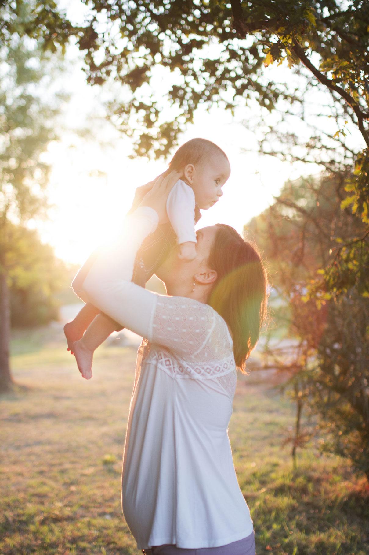 Cyrielle et son bébé Joshua au coucher du soleil