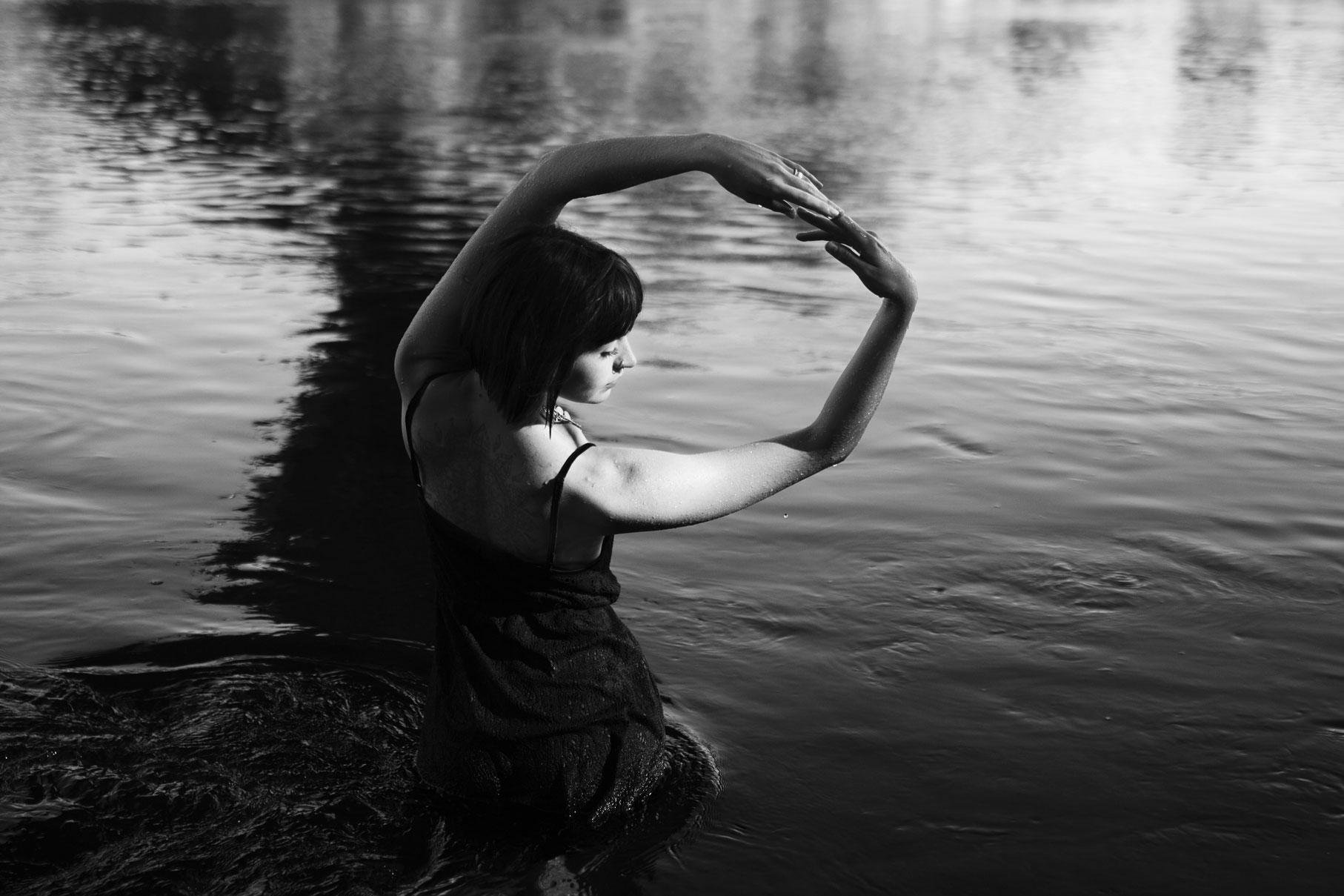 Photo en noir et blanc d'une jeune femme dans l'eau