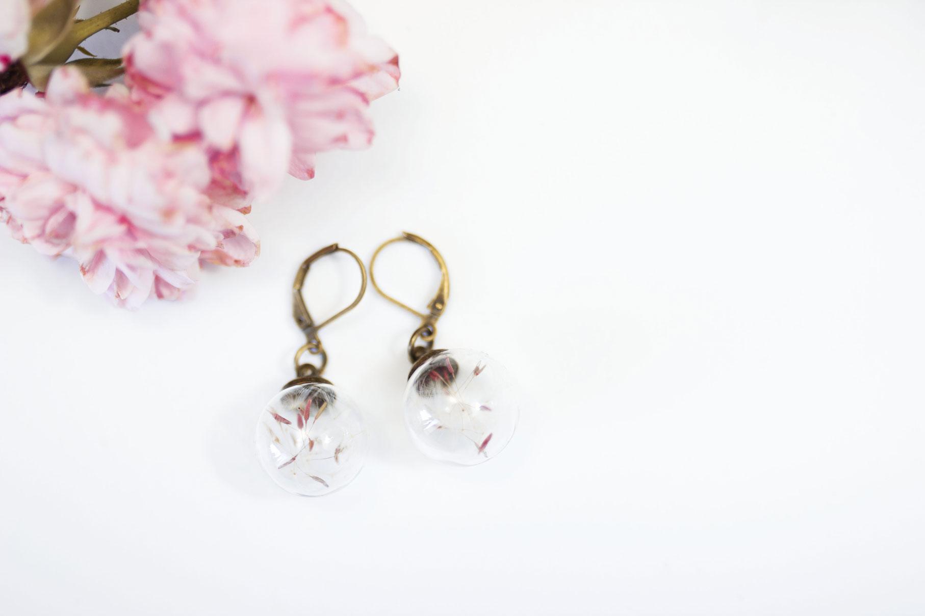 boucles d'oreilles pissenlit Madamlili sur fond blanc avec fleurs roses
