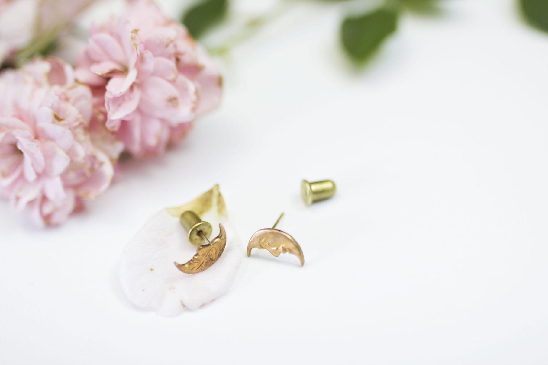 boucles d'oreille lune madamlili sur fond blanc et roses