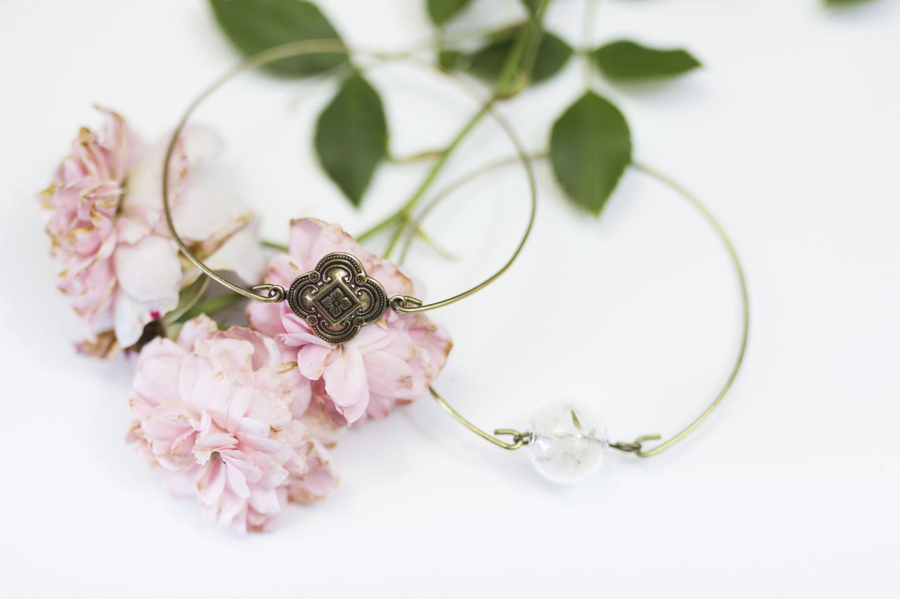 bracelets pissenlit Madamlili sur fond blanc et roses