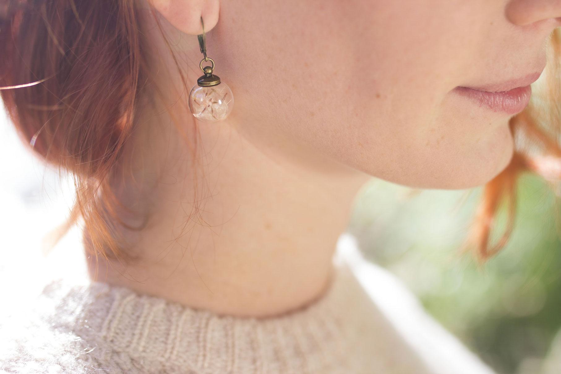 jeune femme rousse portant des boucles d'oreilles pissenlit de Madamlili