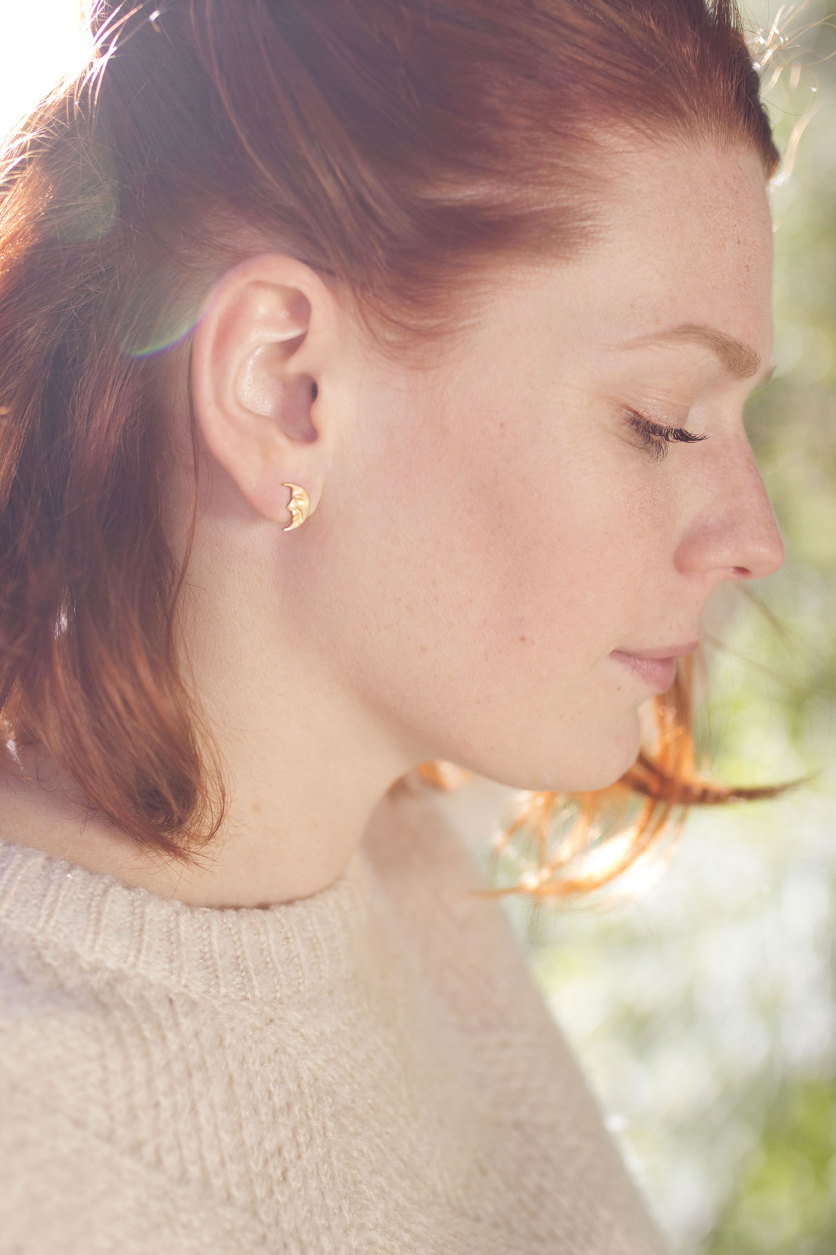jeune femme rousse portant des boucles d'oreilles lune de Madamlili