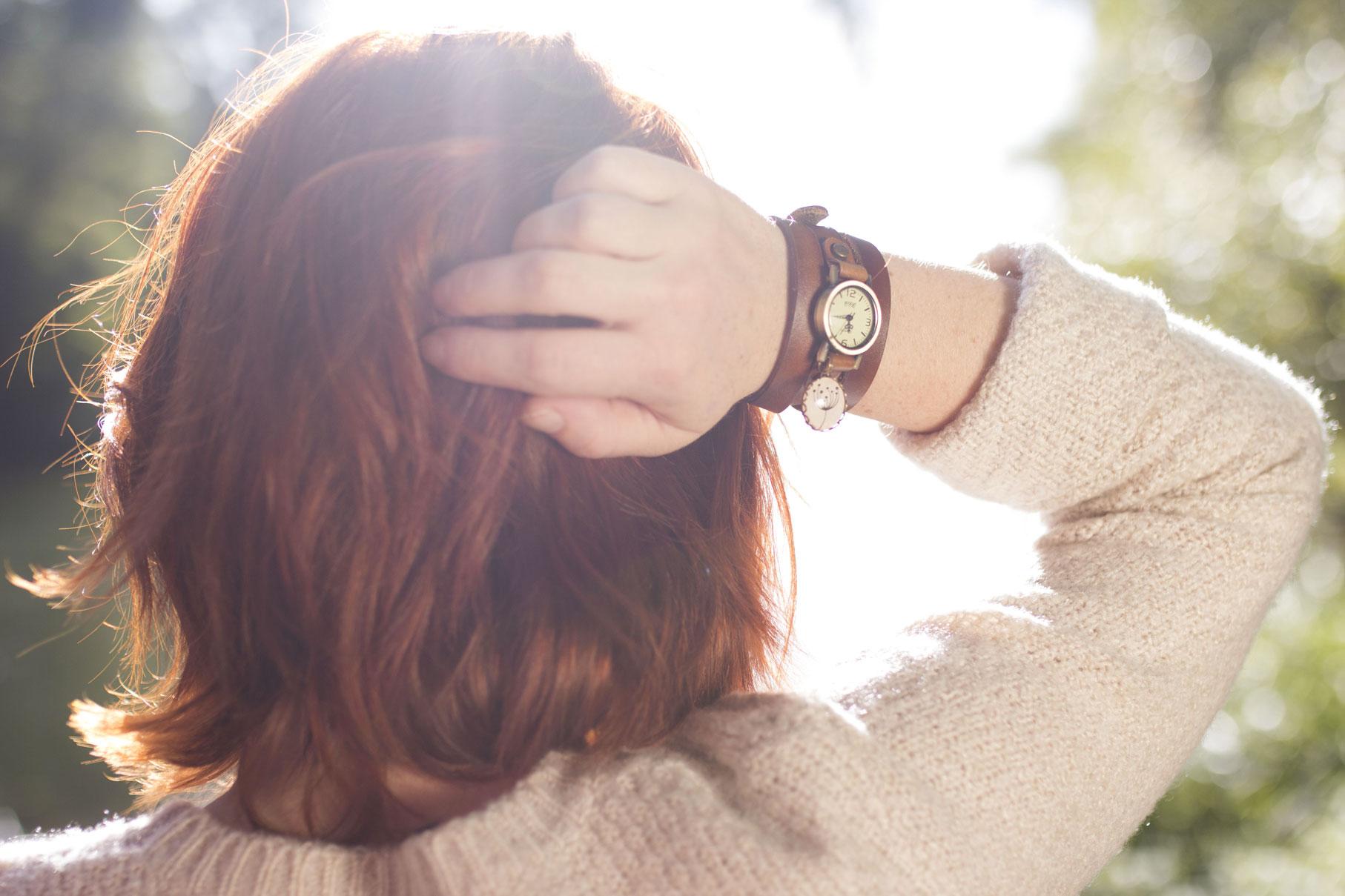 jeune femme rousse portant une montre Madamlili