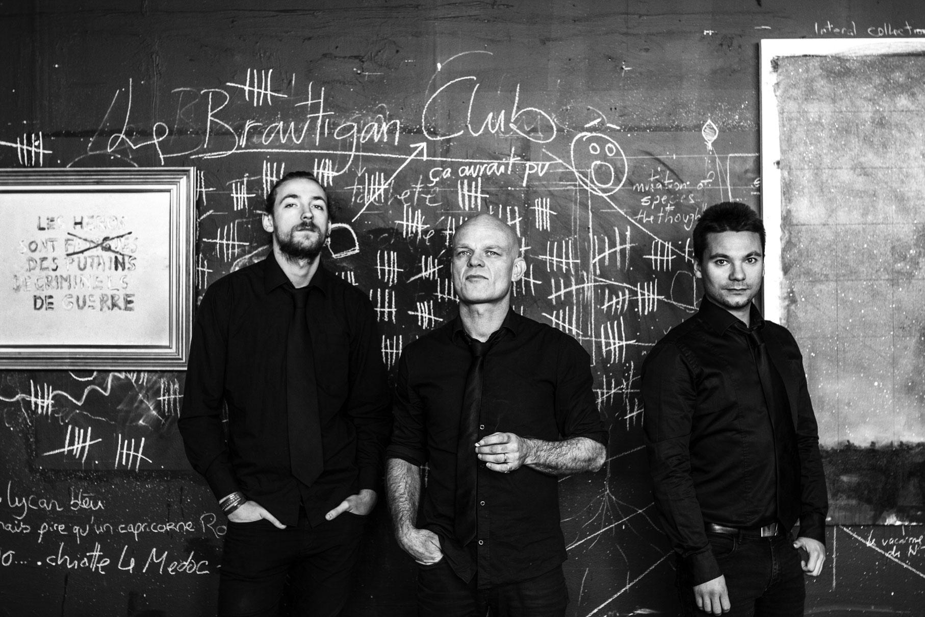 photos promo du groupe de rock français le brautigan club devant un tableau noir