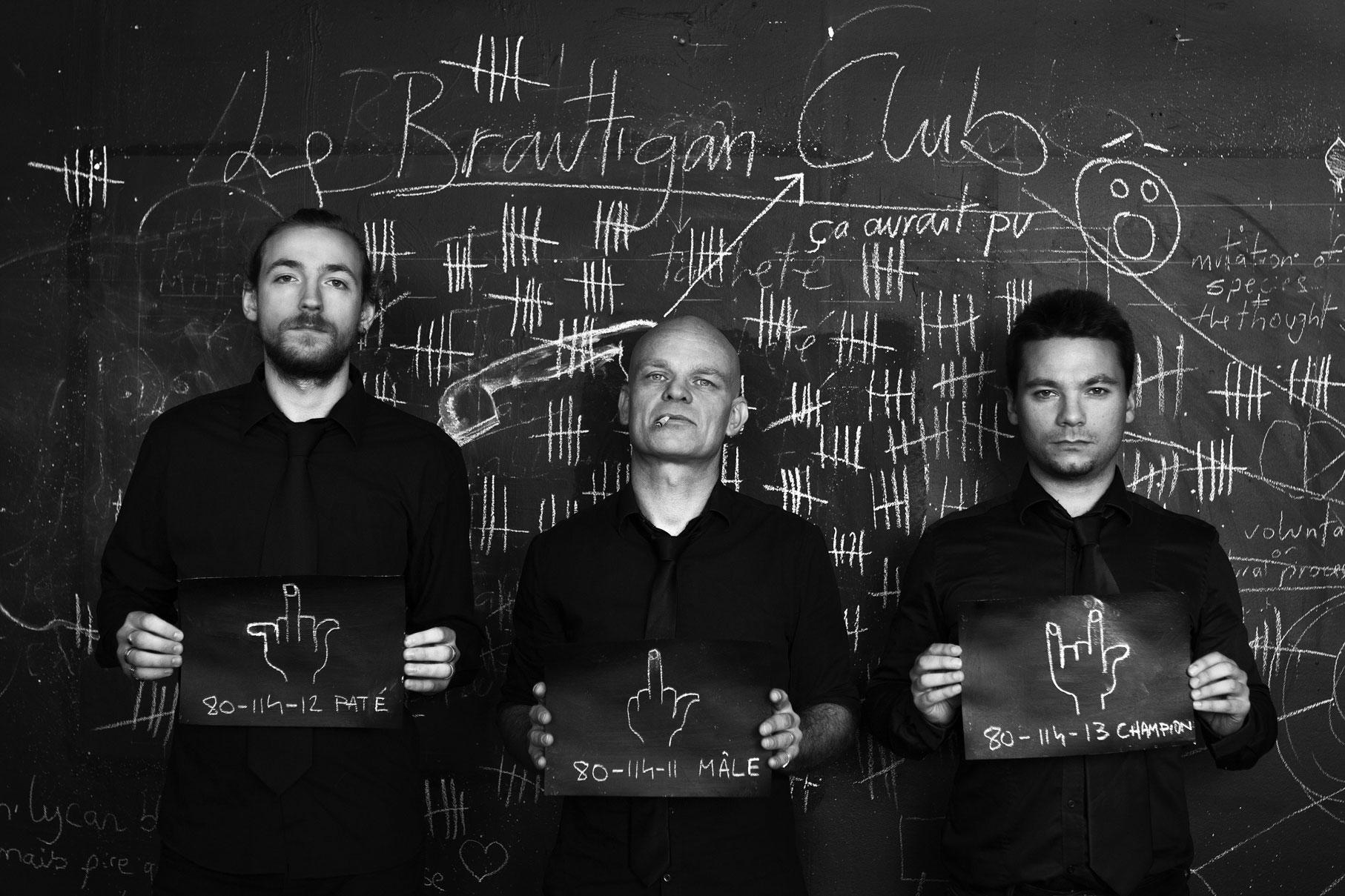photos promo du groupe de rock français le brautigan club devant un tableau noir tenant de fiches d'identité de prison