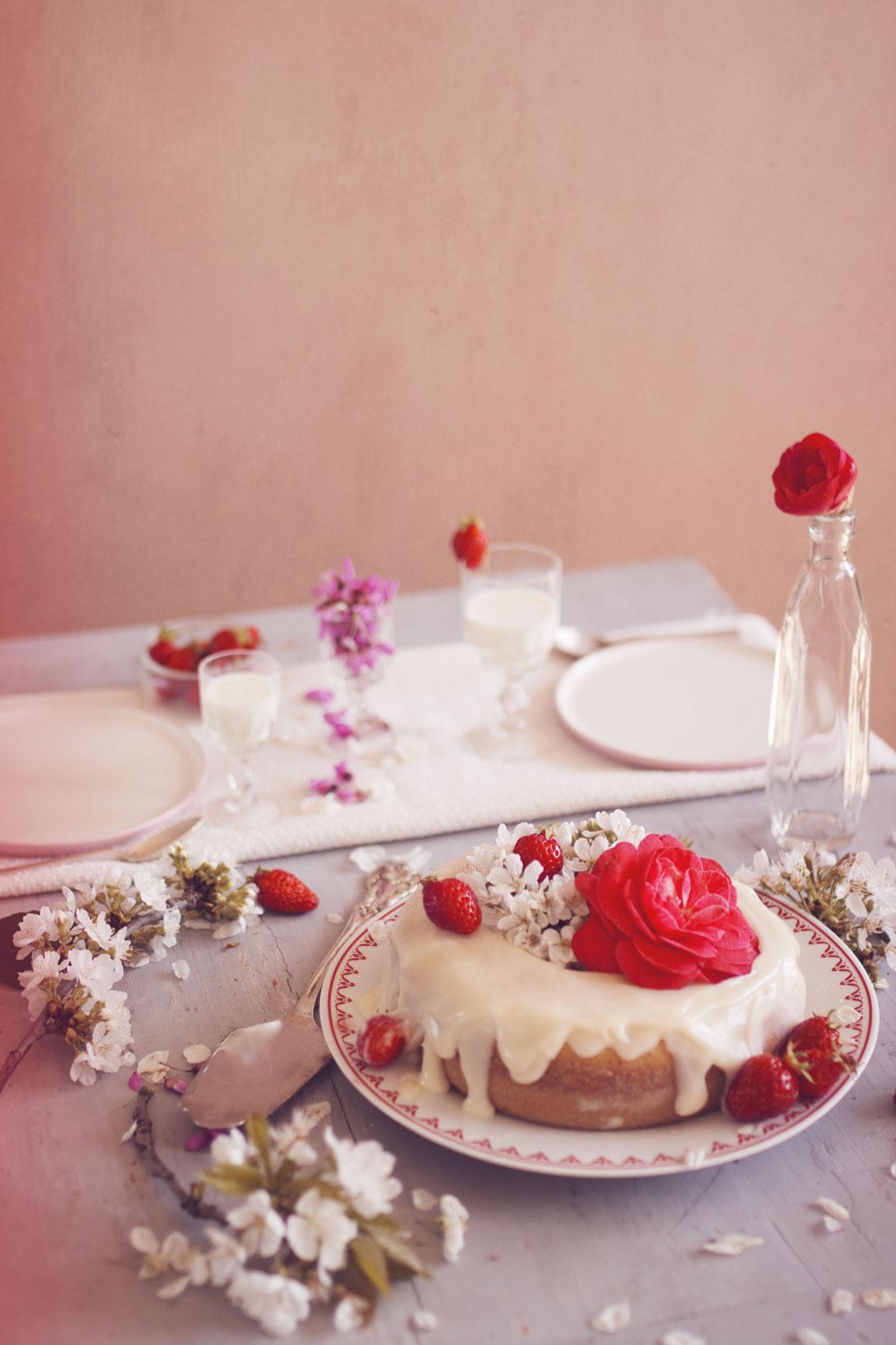photographie culinaire table gâteaux et assiettes à tours