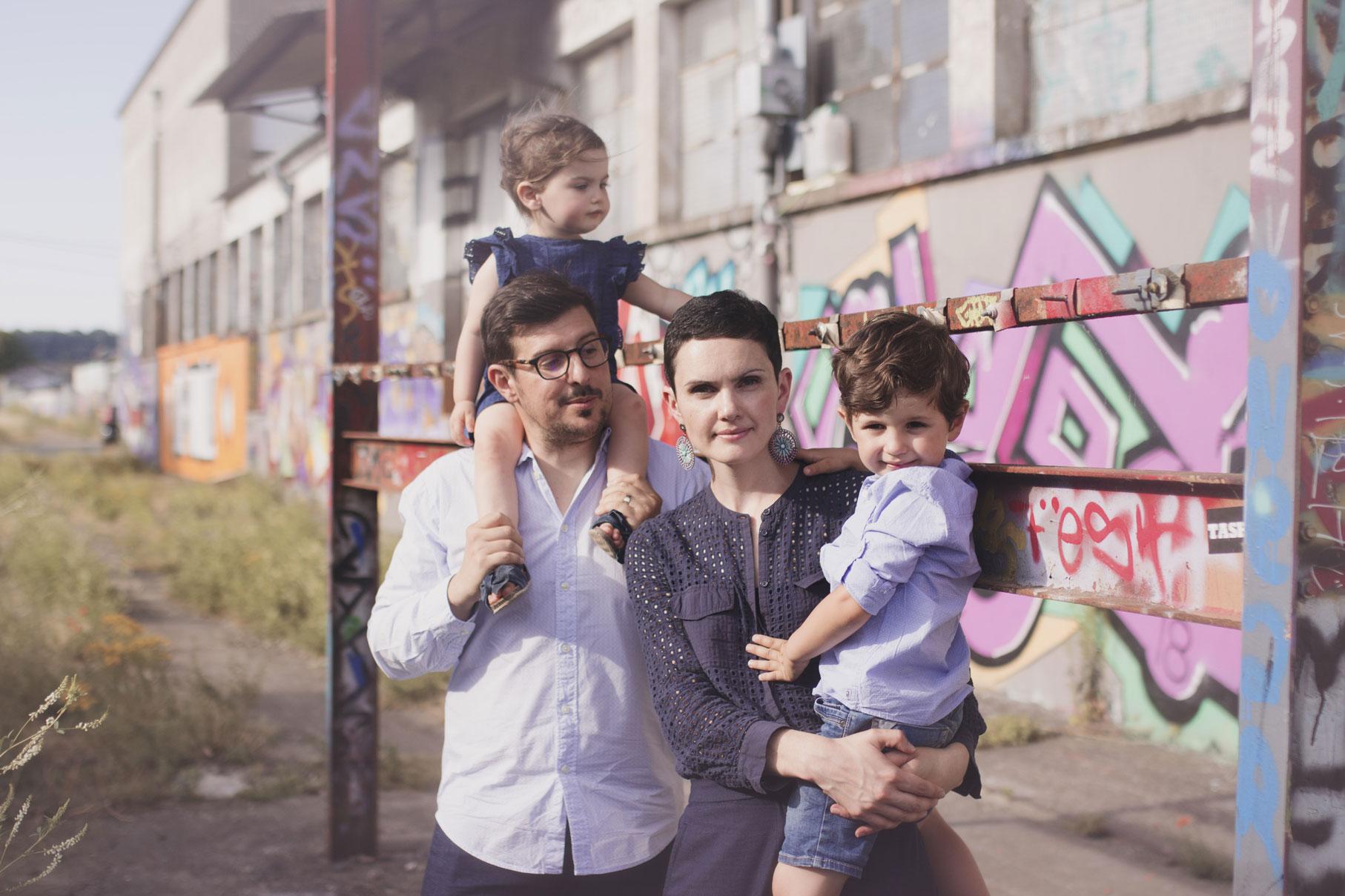 photographe de famille sur les rails d'un train à tours