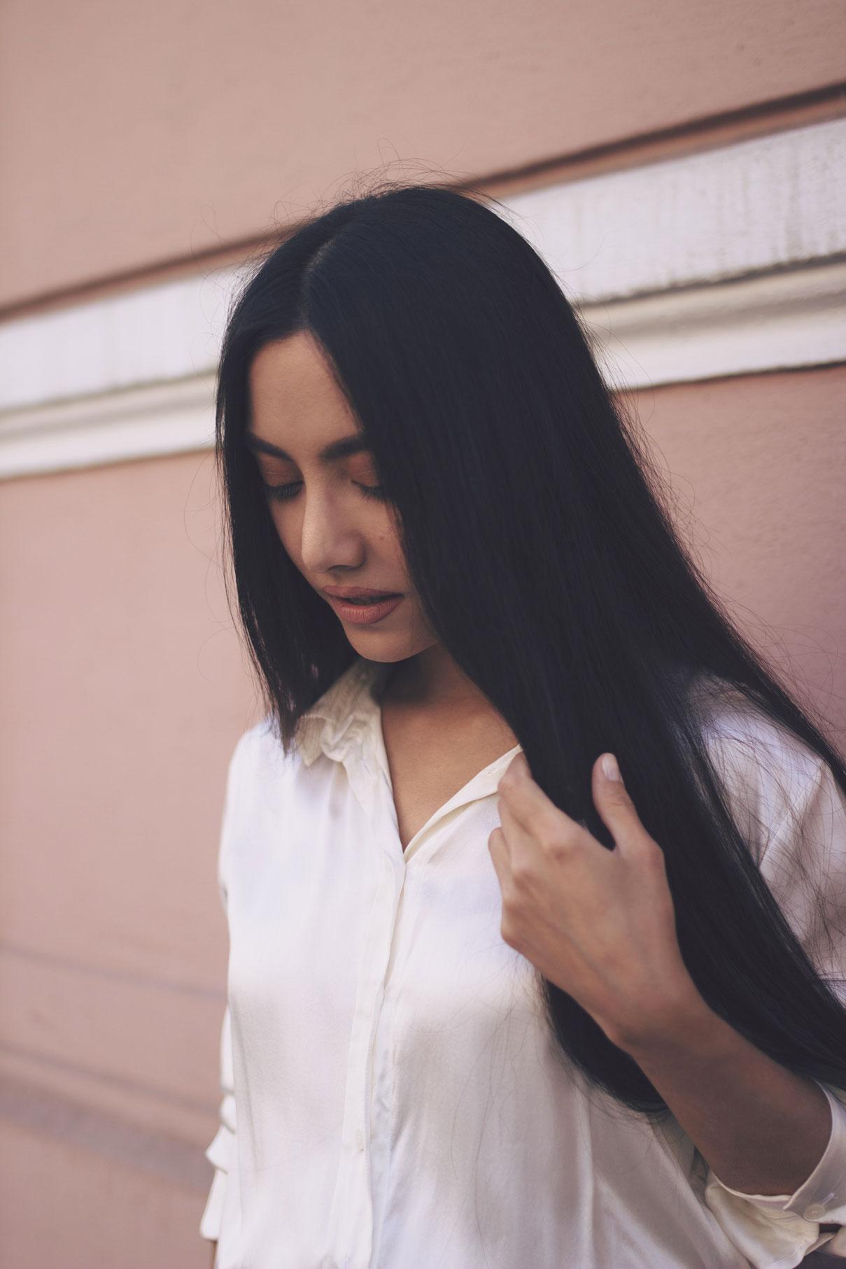 portrait en extérieur d'une femme brune