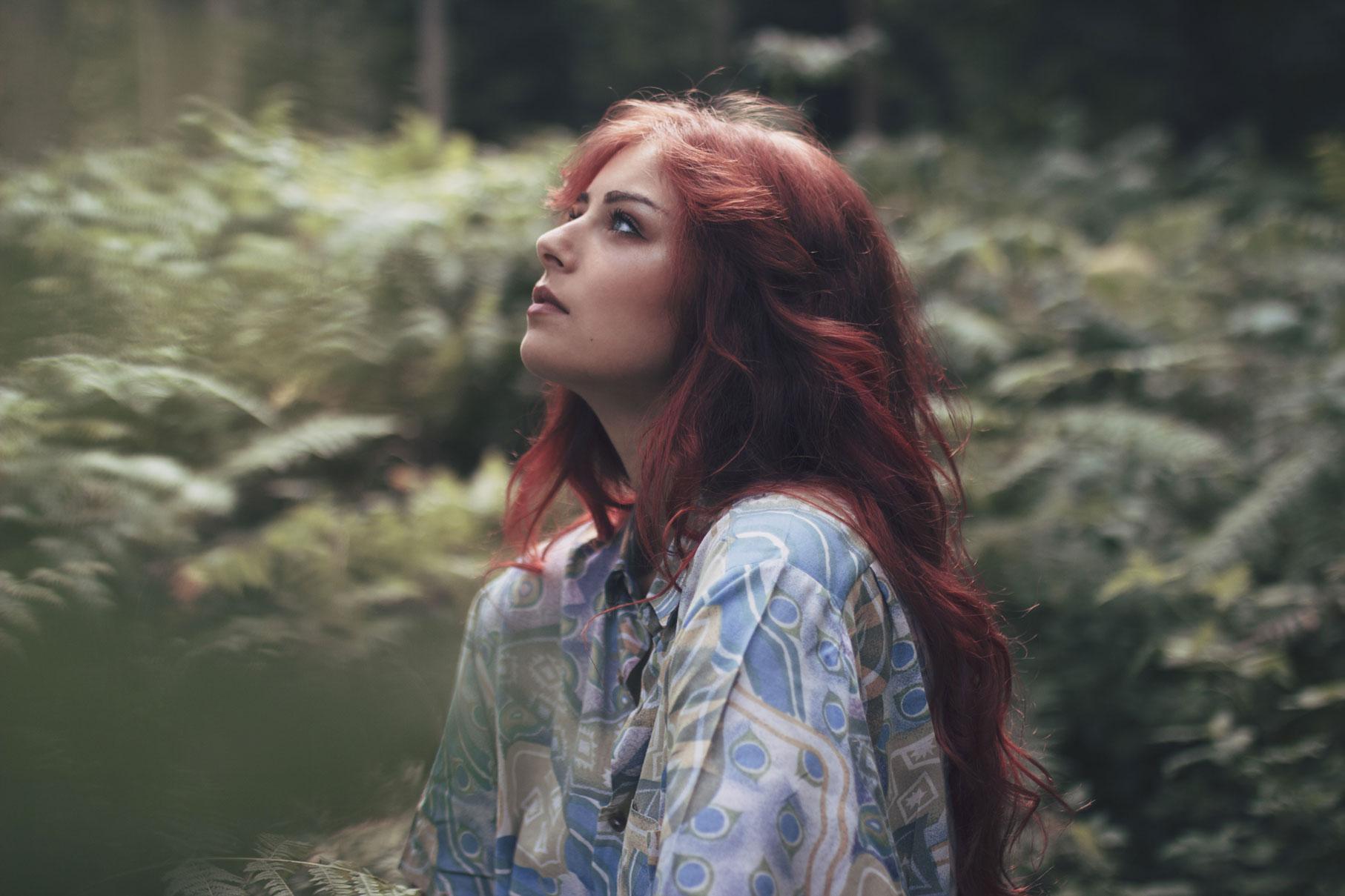 portrait d'une jeune femme rousse dans la fôret