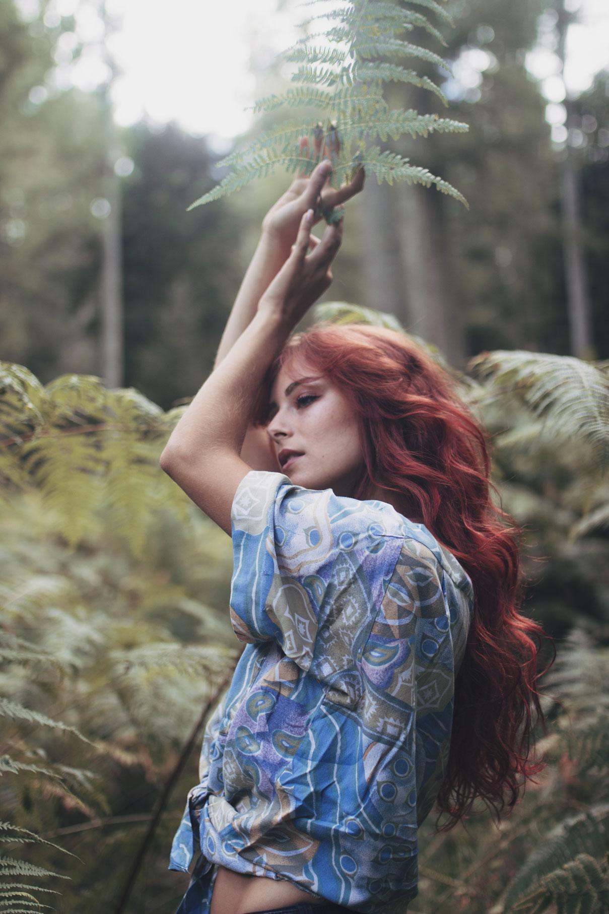 portrait d'une jeune femme rousse dans les fougères