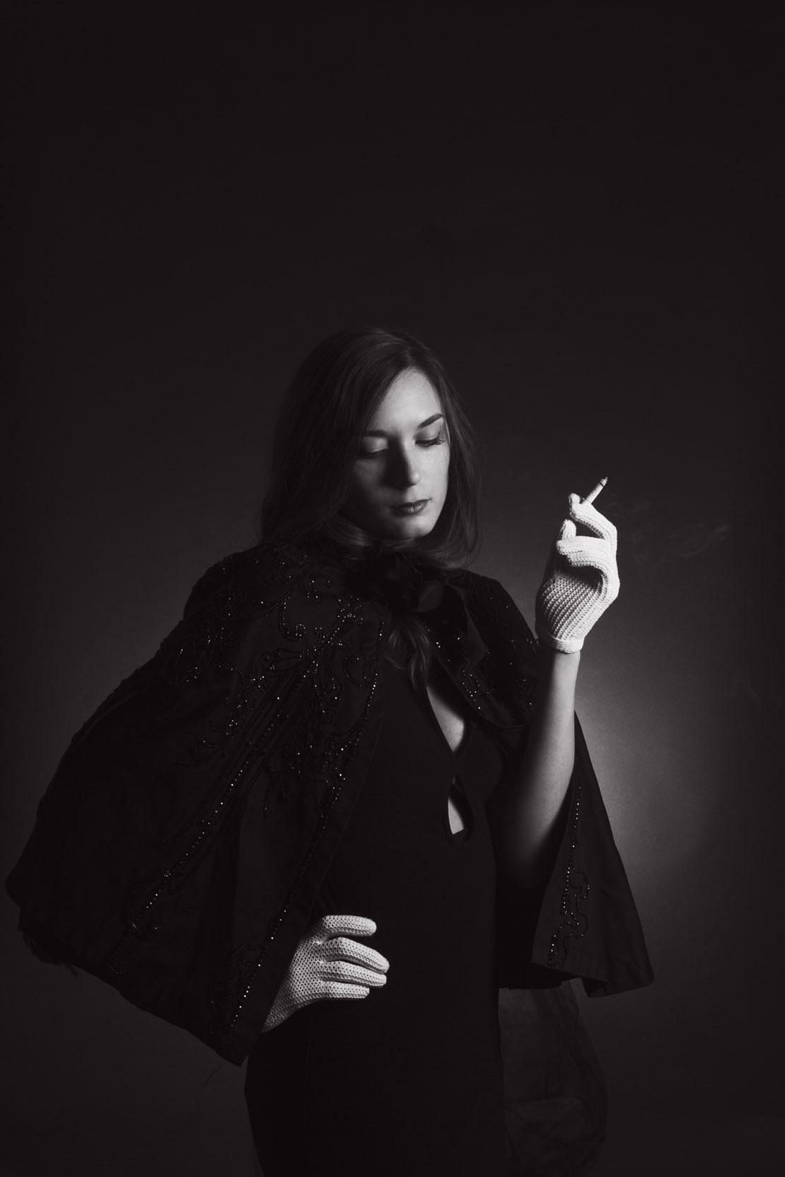 Portrait de femme en noir et blanc style années 50
