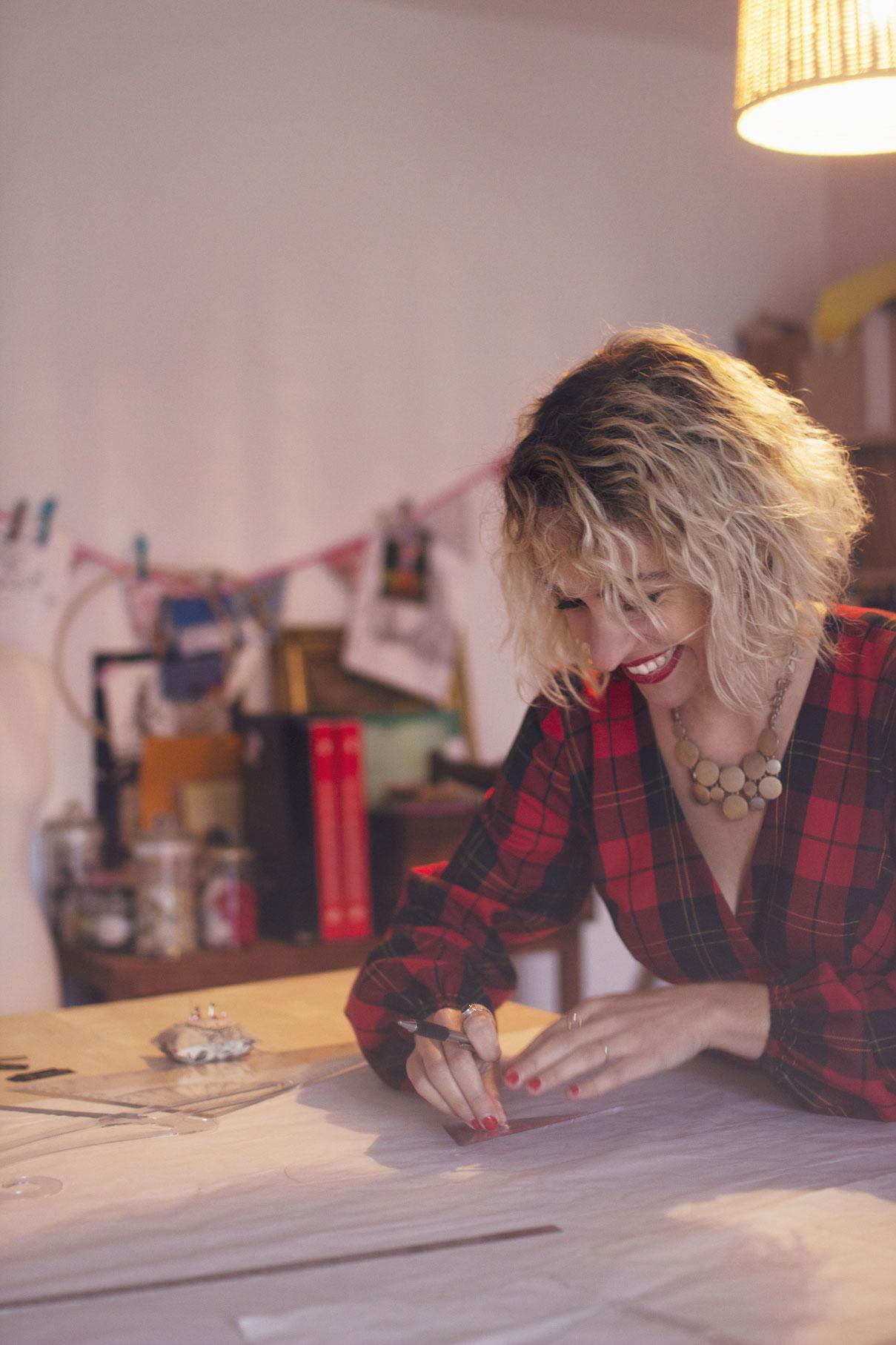 portrait d'une styliste en action