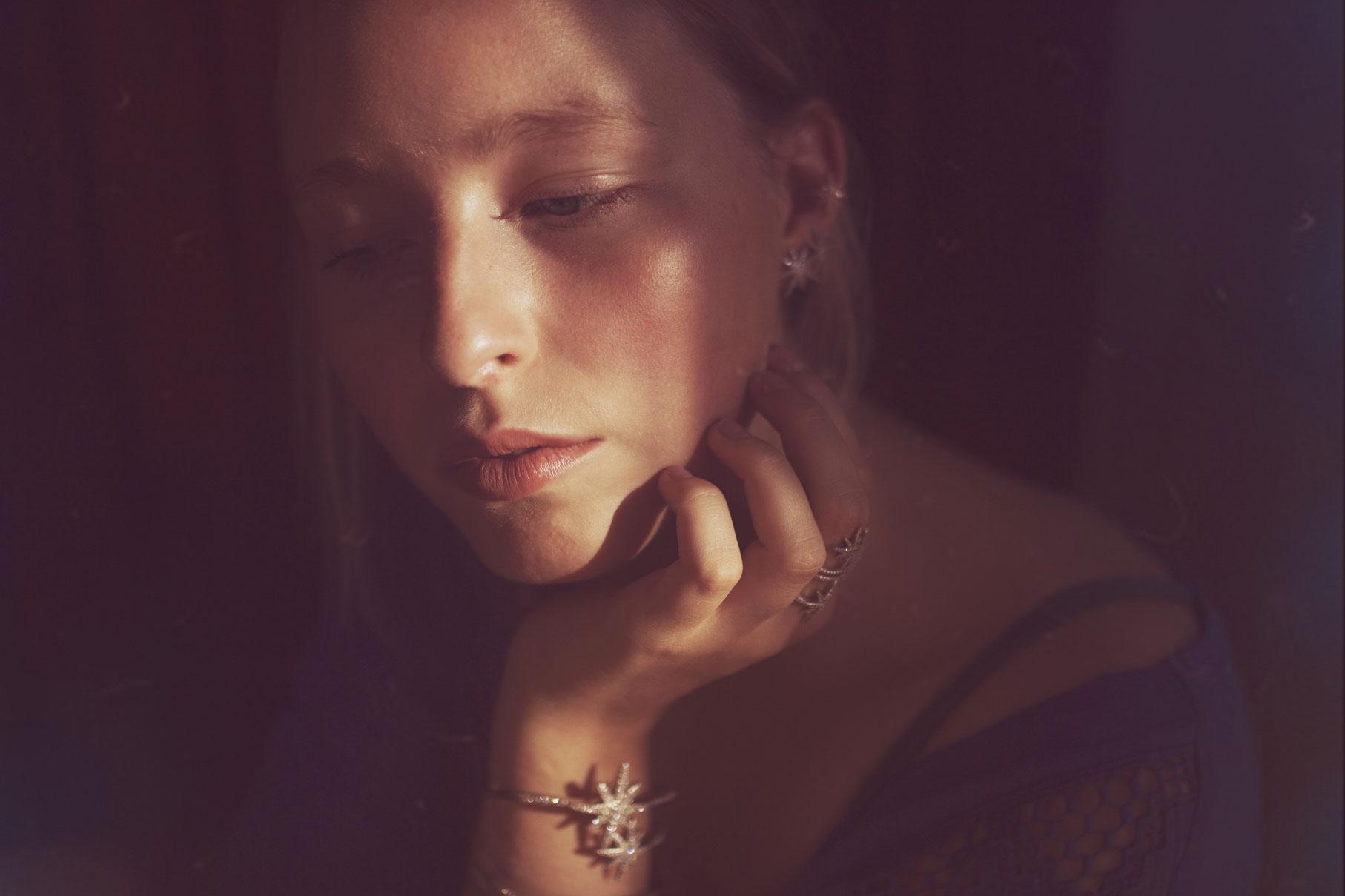 portrait contrasté d'une jeune femme blonde