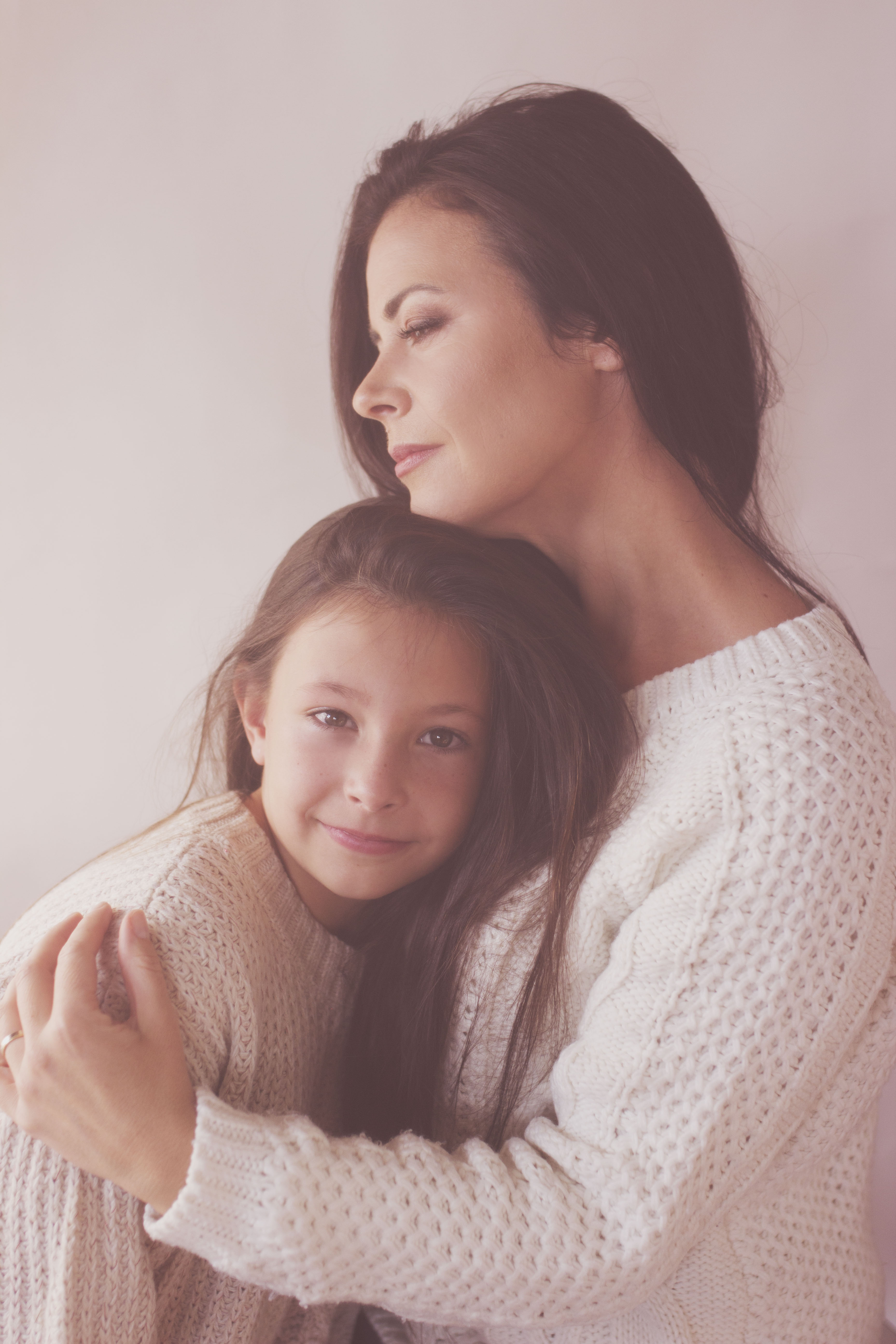 portrait mère fille en pull blanc