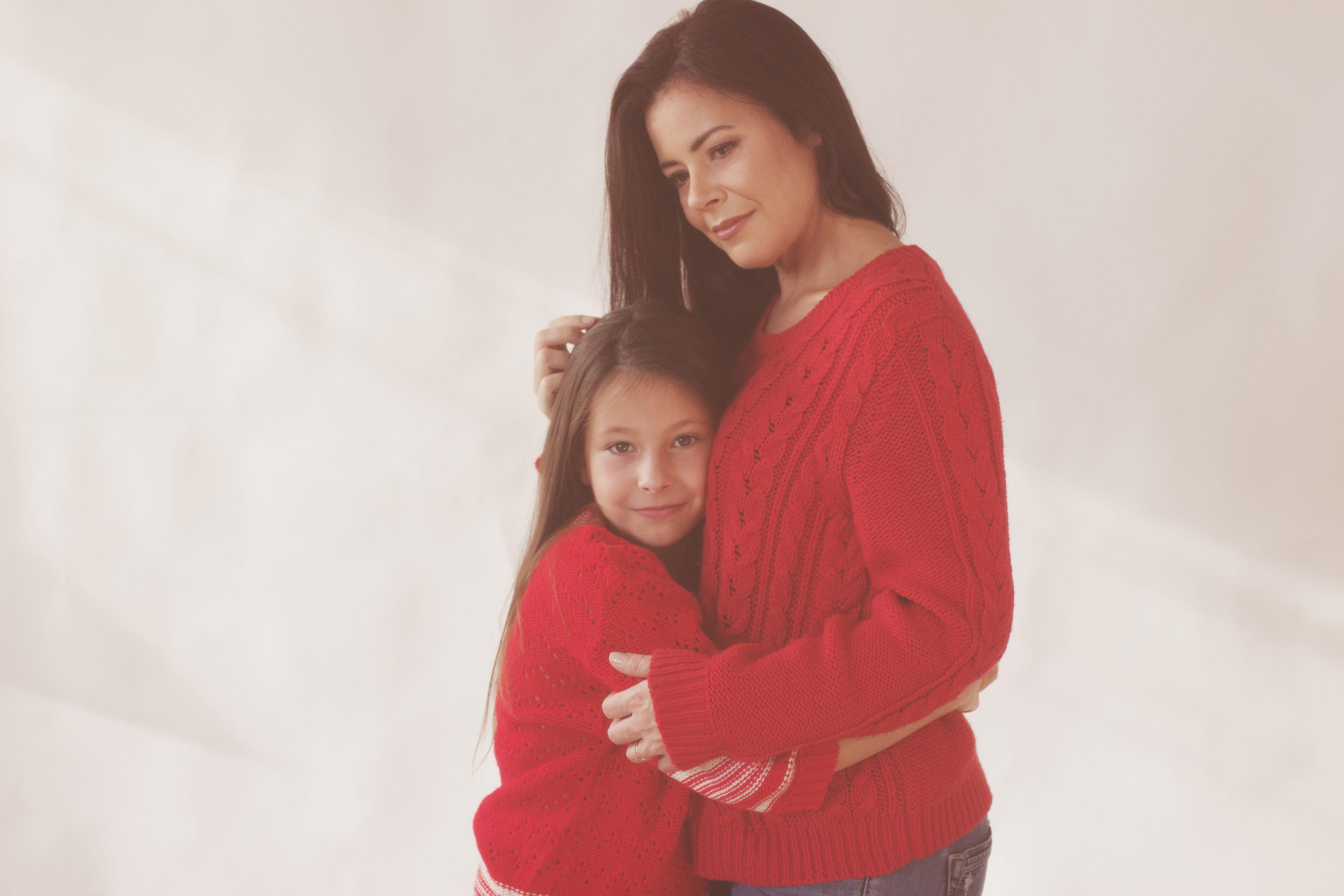 portrait mère fille en pull rouge
