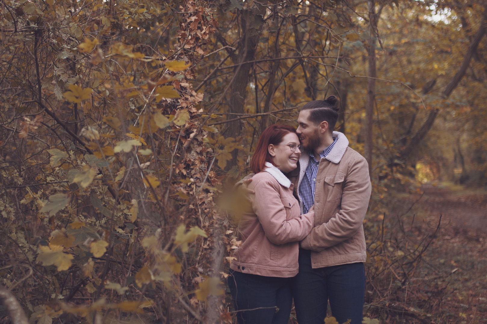 photo d'un couple en automne dans la forêt