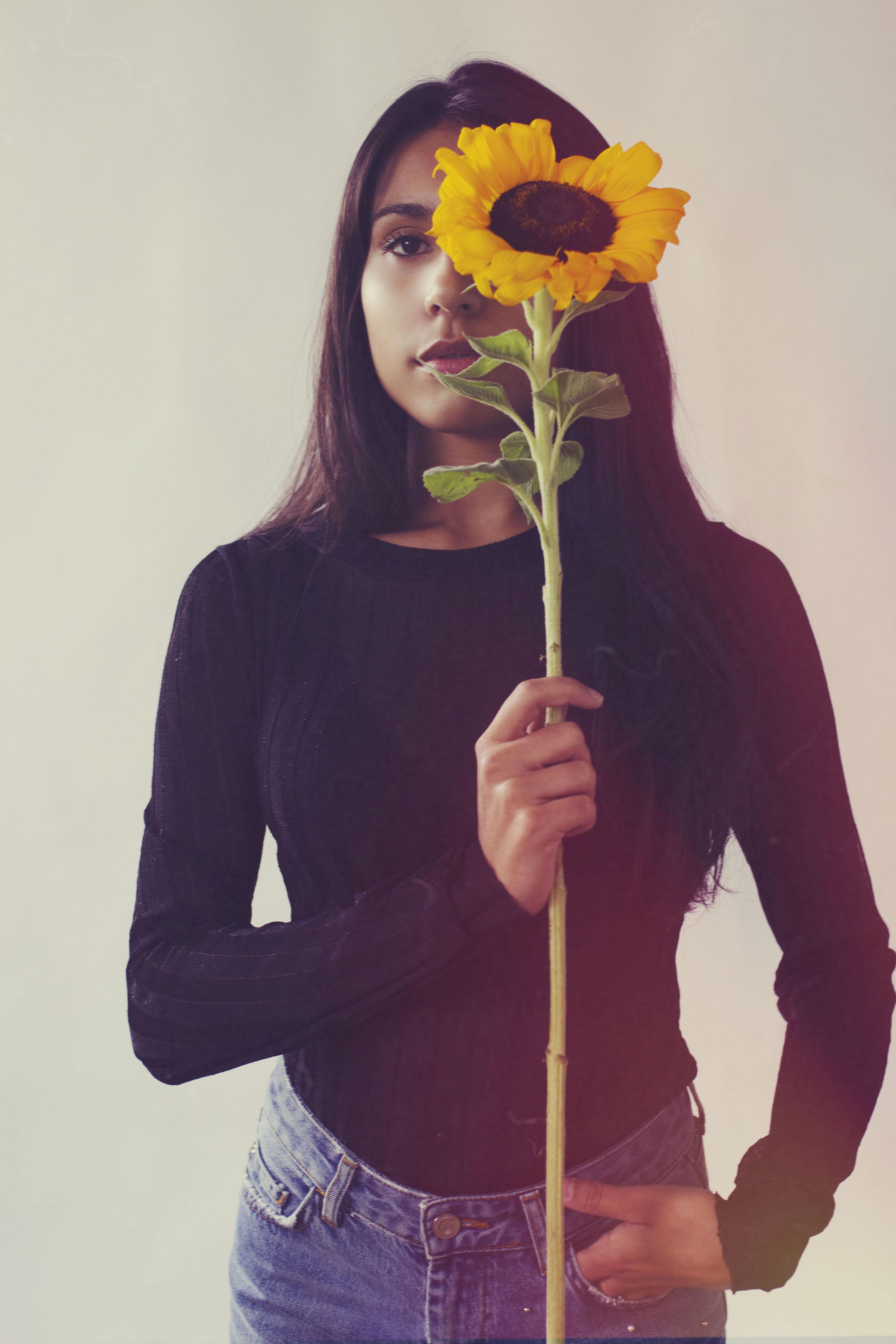 portrait d'une femme avec un tournesol
