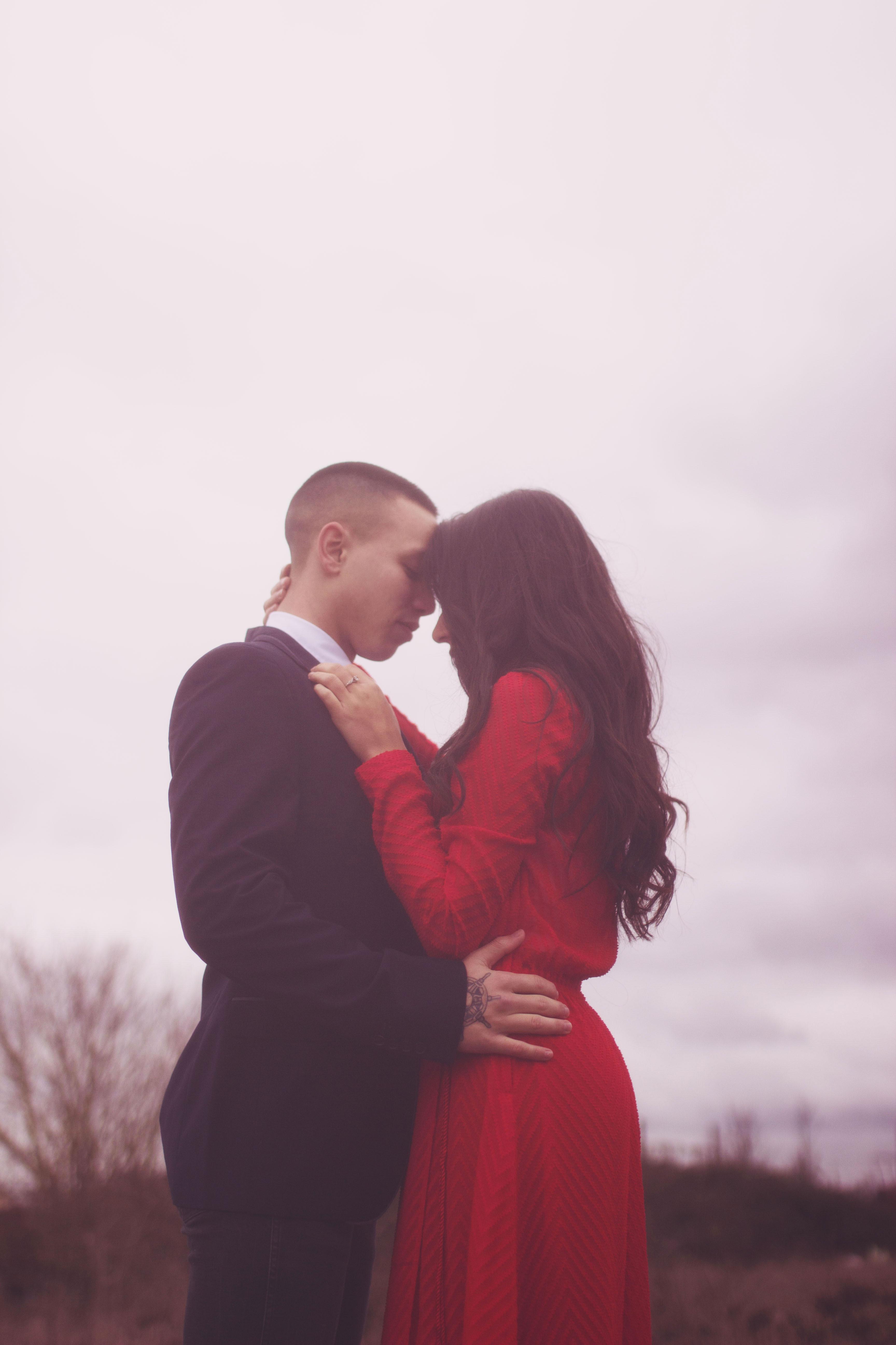 portrait romantique d'un couple qui s'embrasse