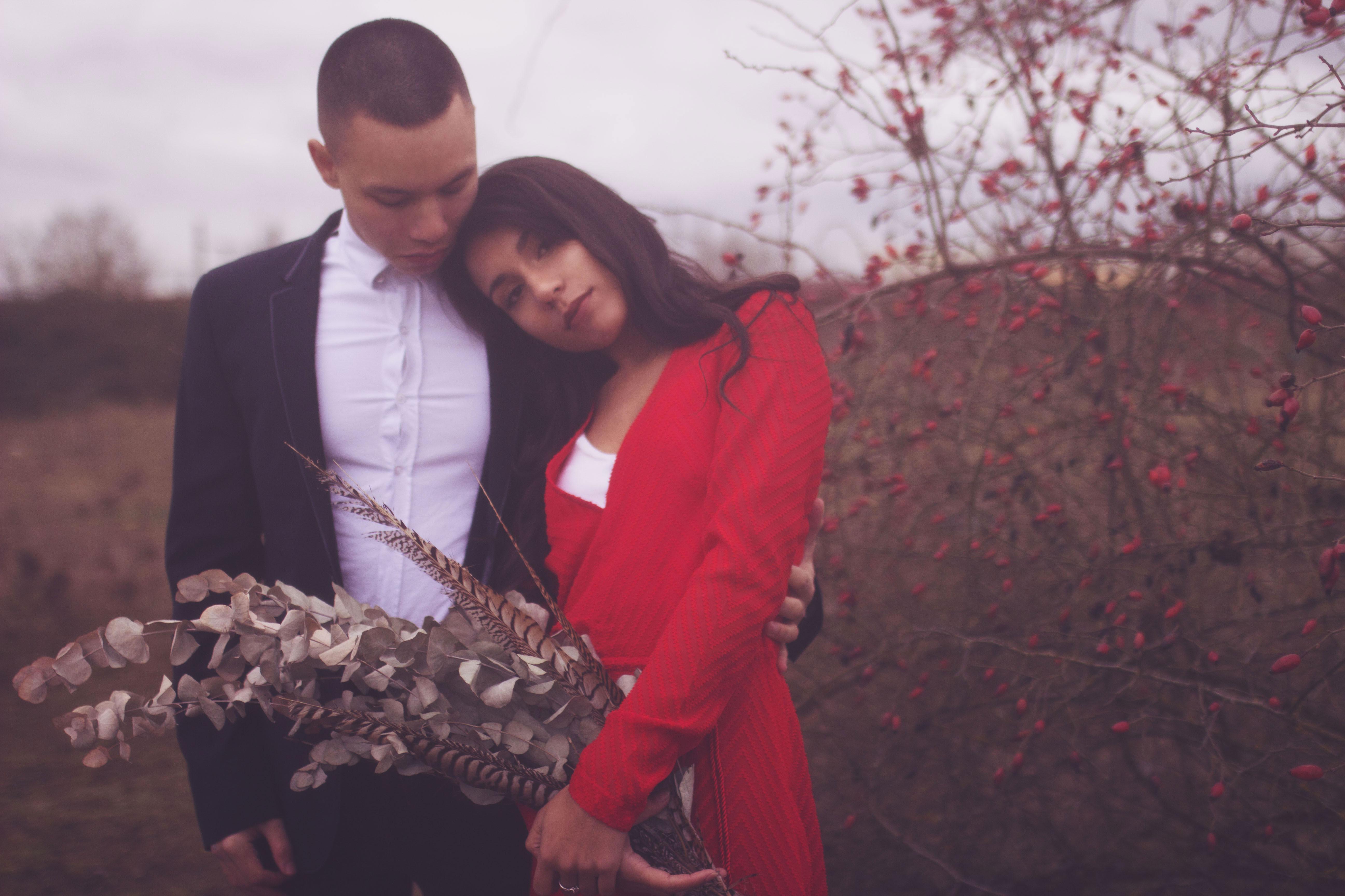 portrait romantique d'un couple en nature