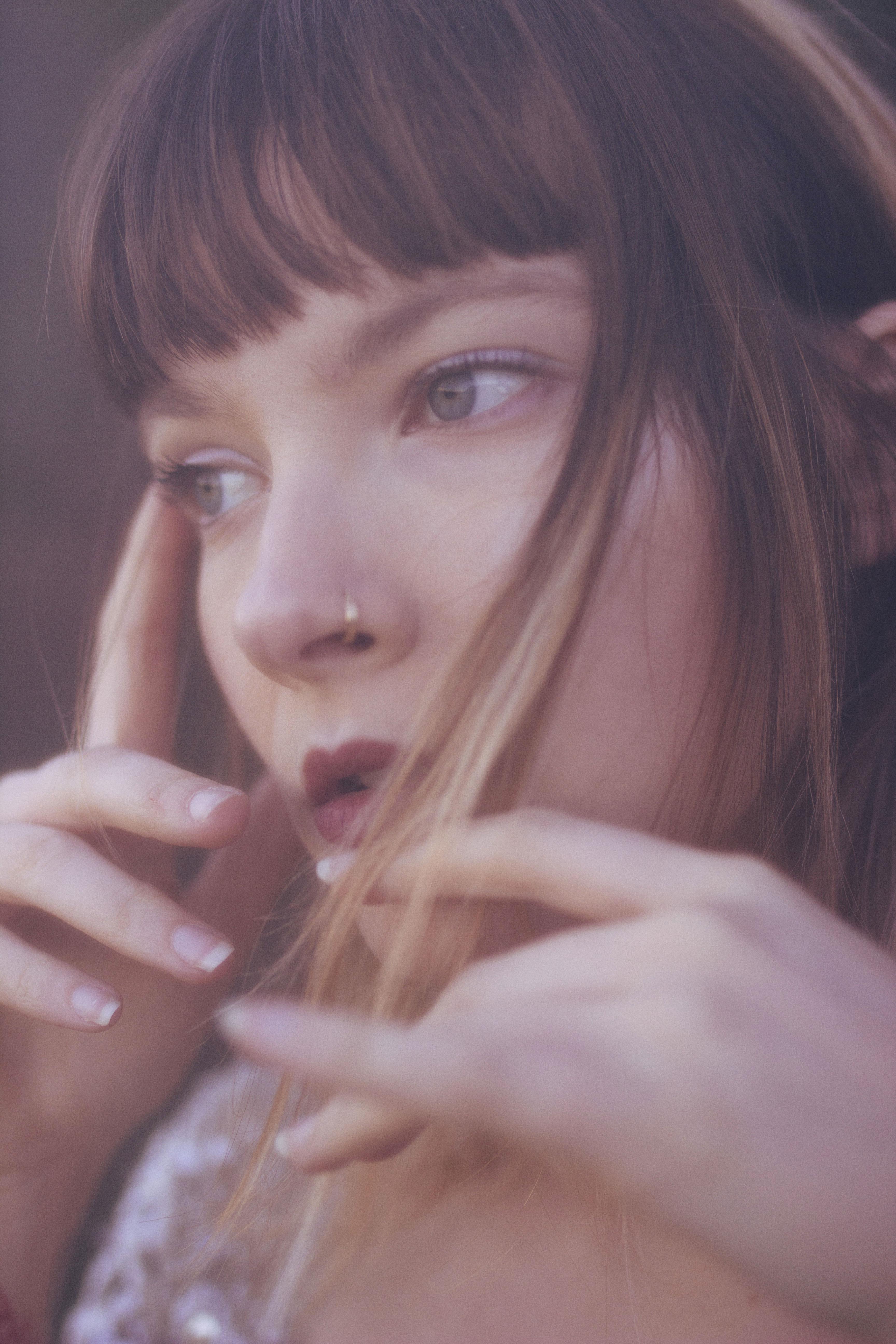 portrait en extérieur d'une jeune femme blonde