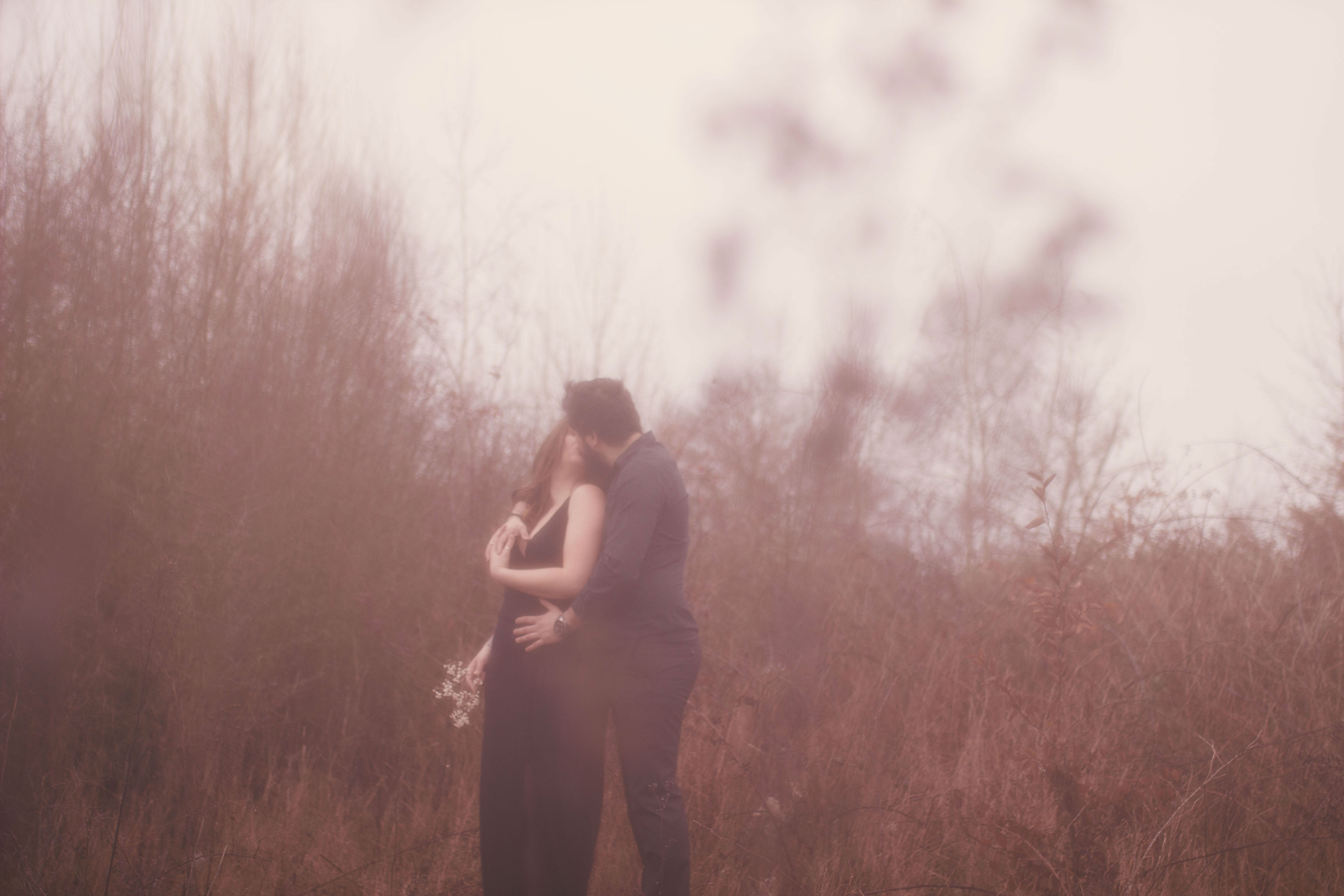 photo de couple romantique en extérieur