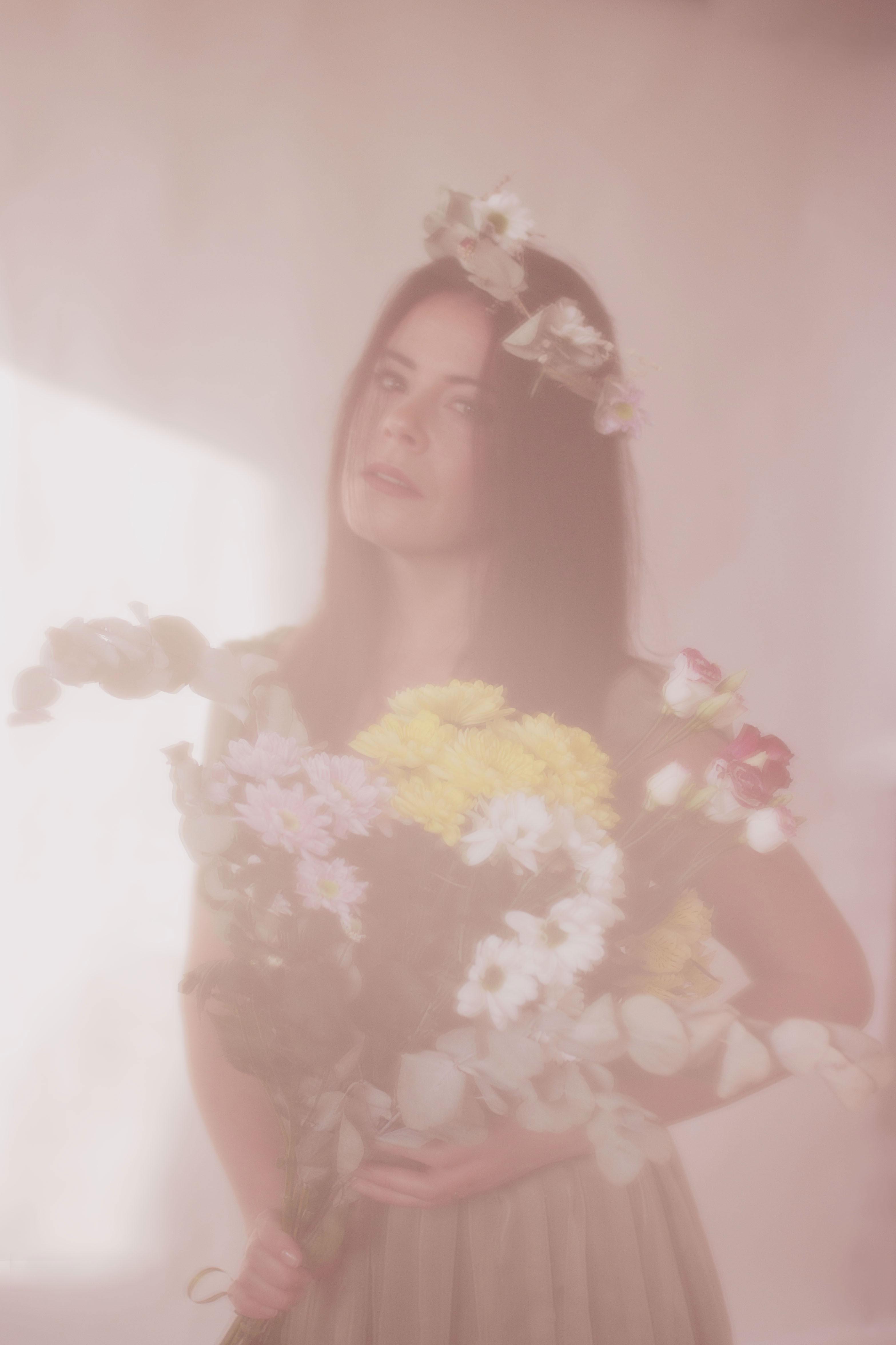 portrait romantique d'une femme avec des fleurs