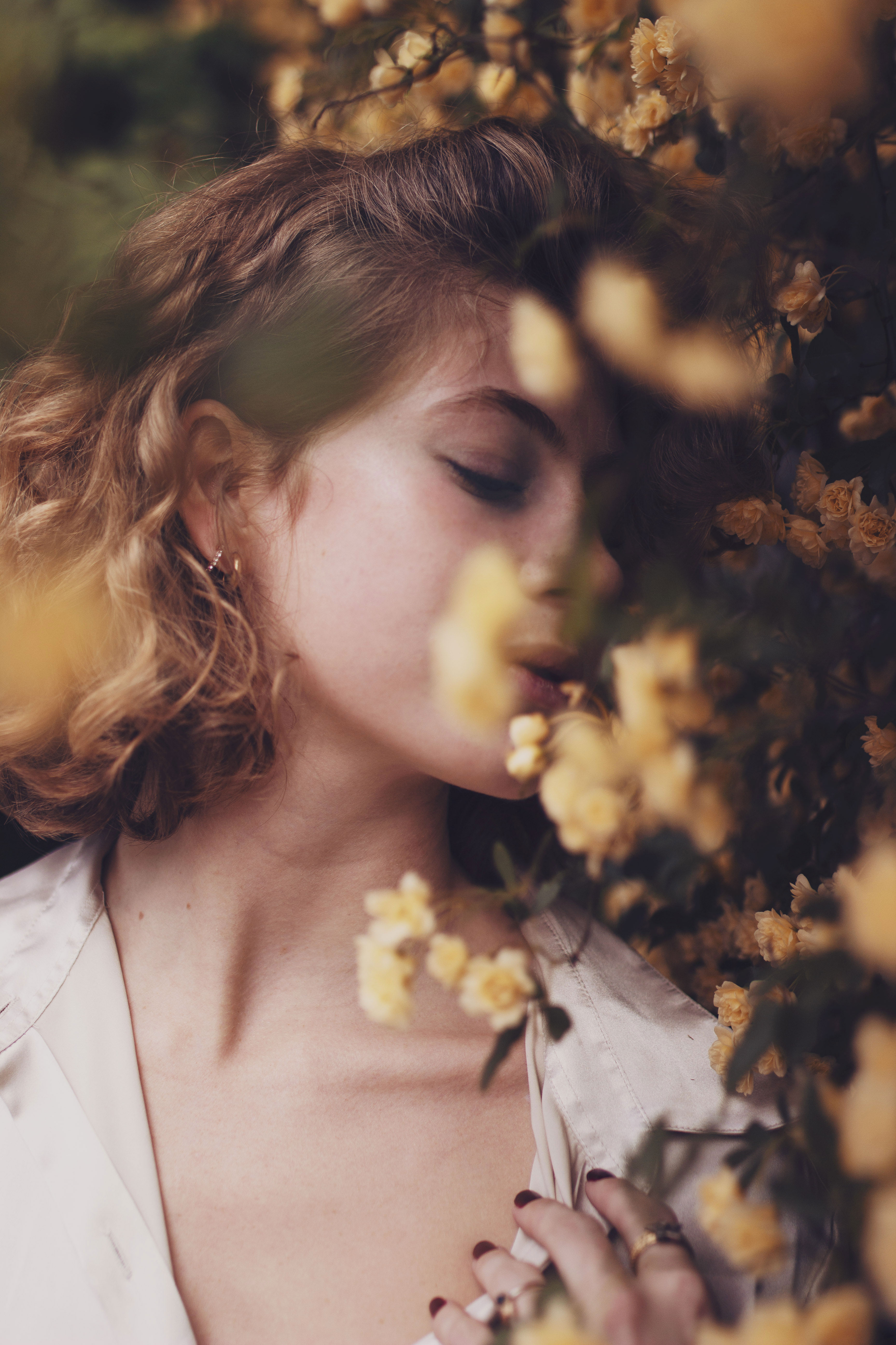 portrait d'une jeune femme avec des fleurs