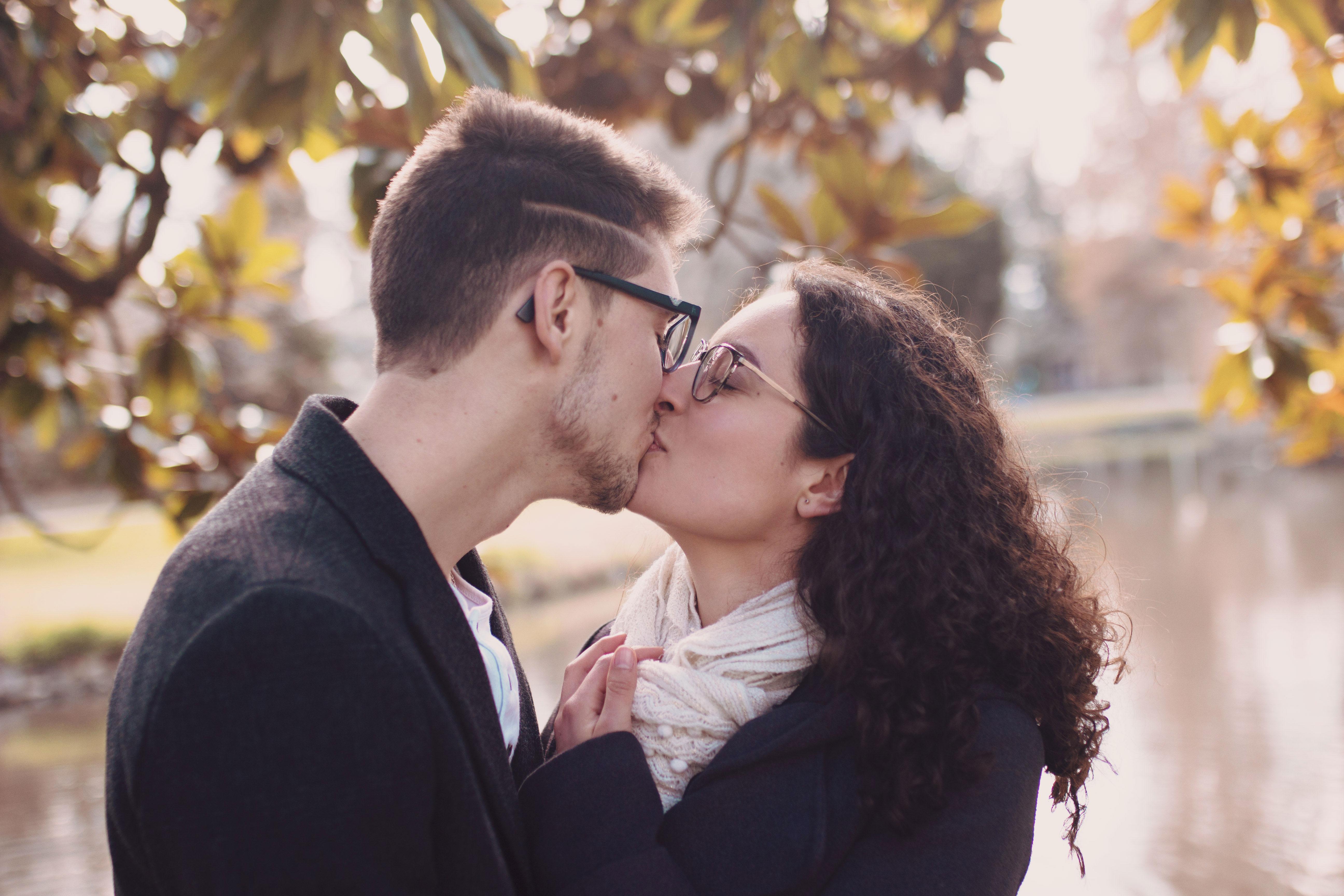 portrait d'un couple dans un parc