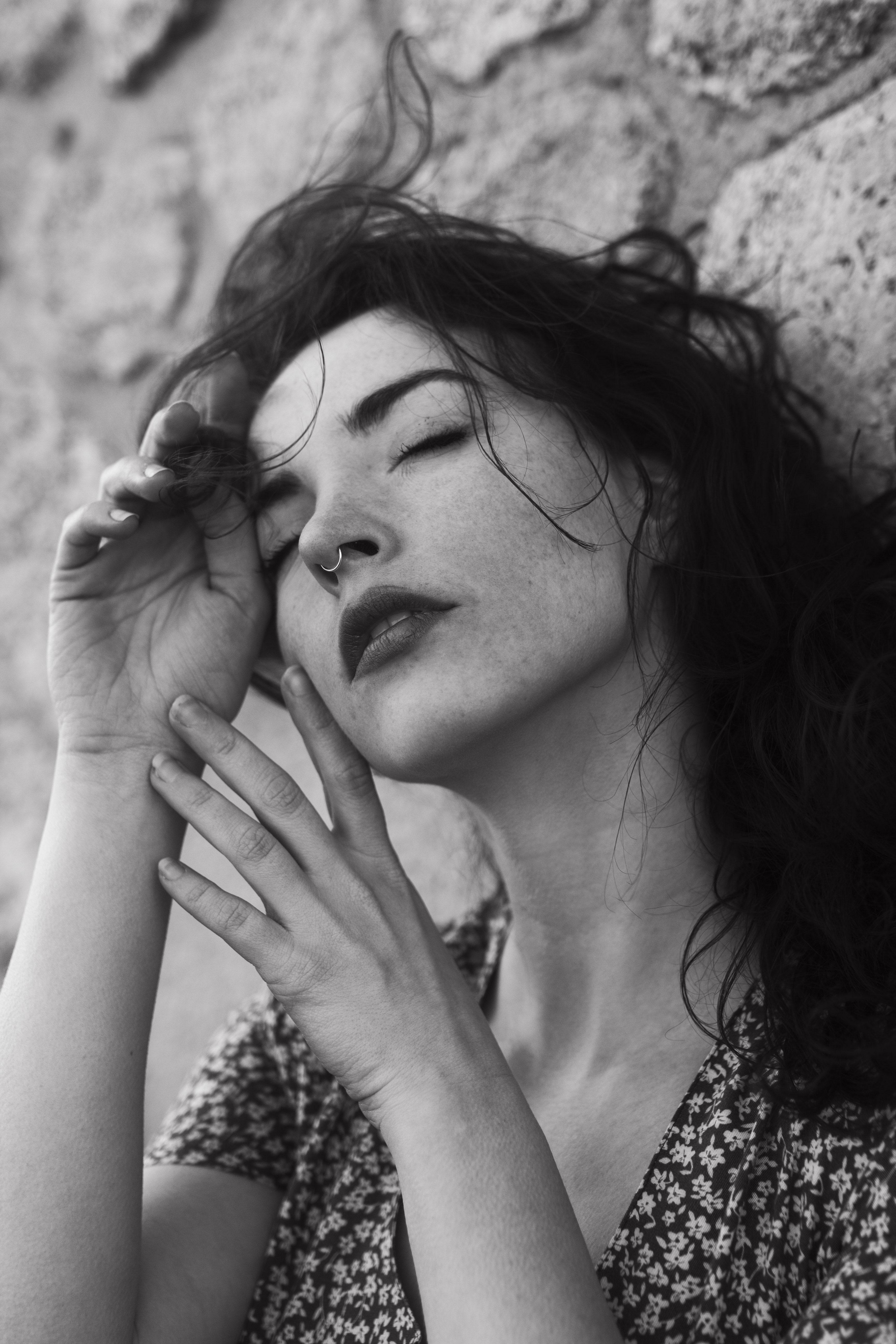 portrait noir et blanc au vent