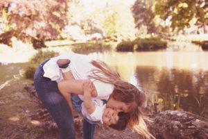 portrait de famille mère filles dans un parc