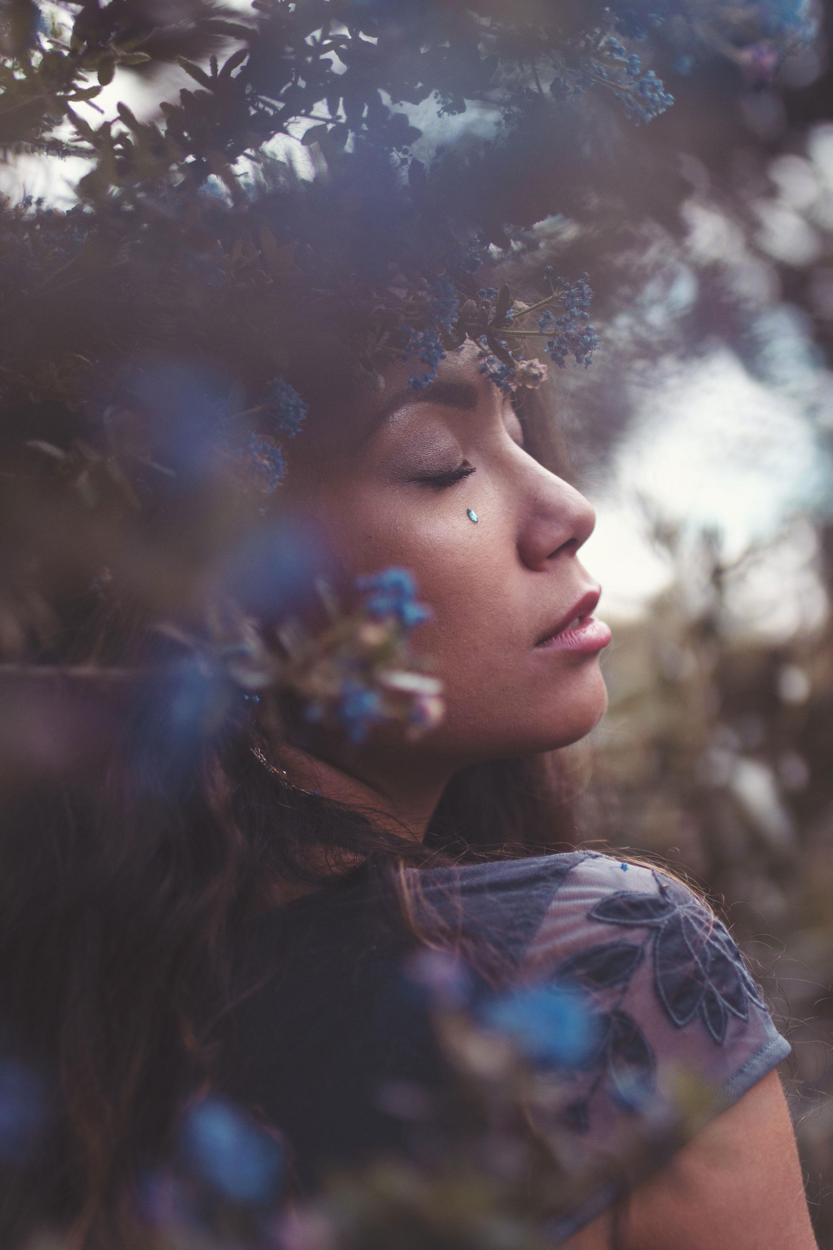 portrait d'une jeune femme dans les fleurs bleues