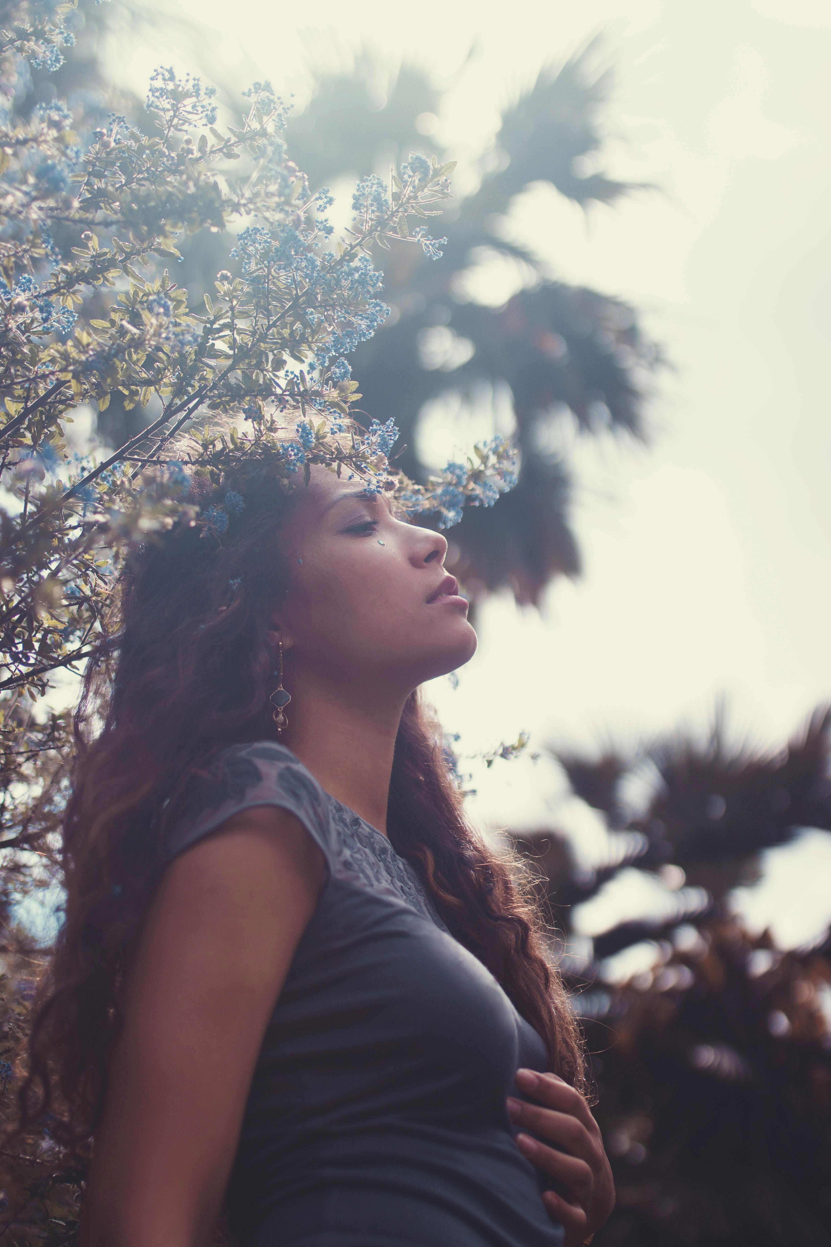 portrait d'une jeune femme dans un parc