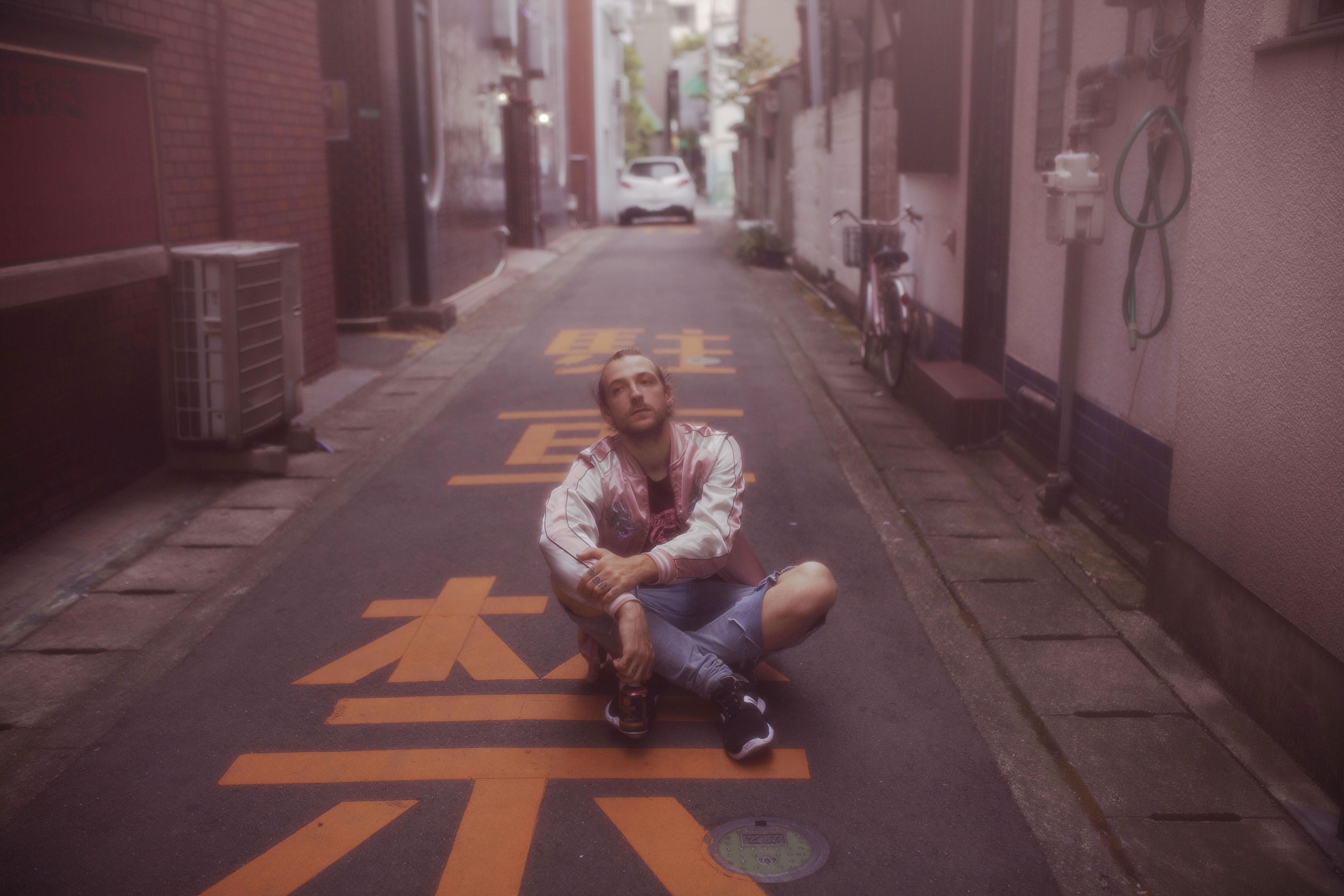 portrait d'un homme dans une rue au japon