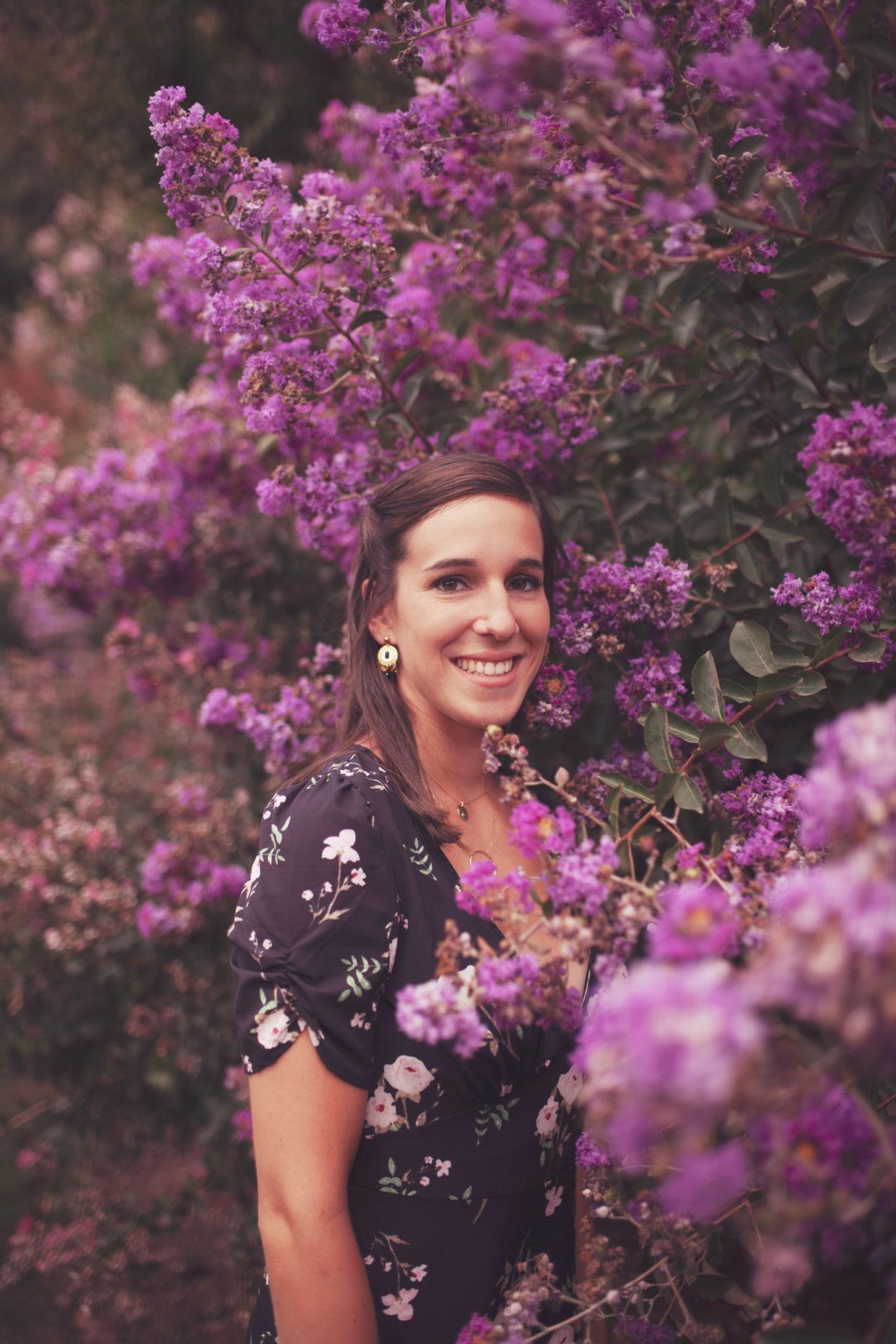portrait d'une jeune femme dans les fleurs