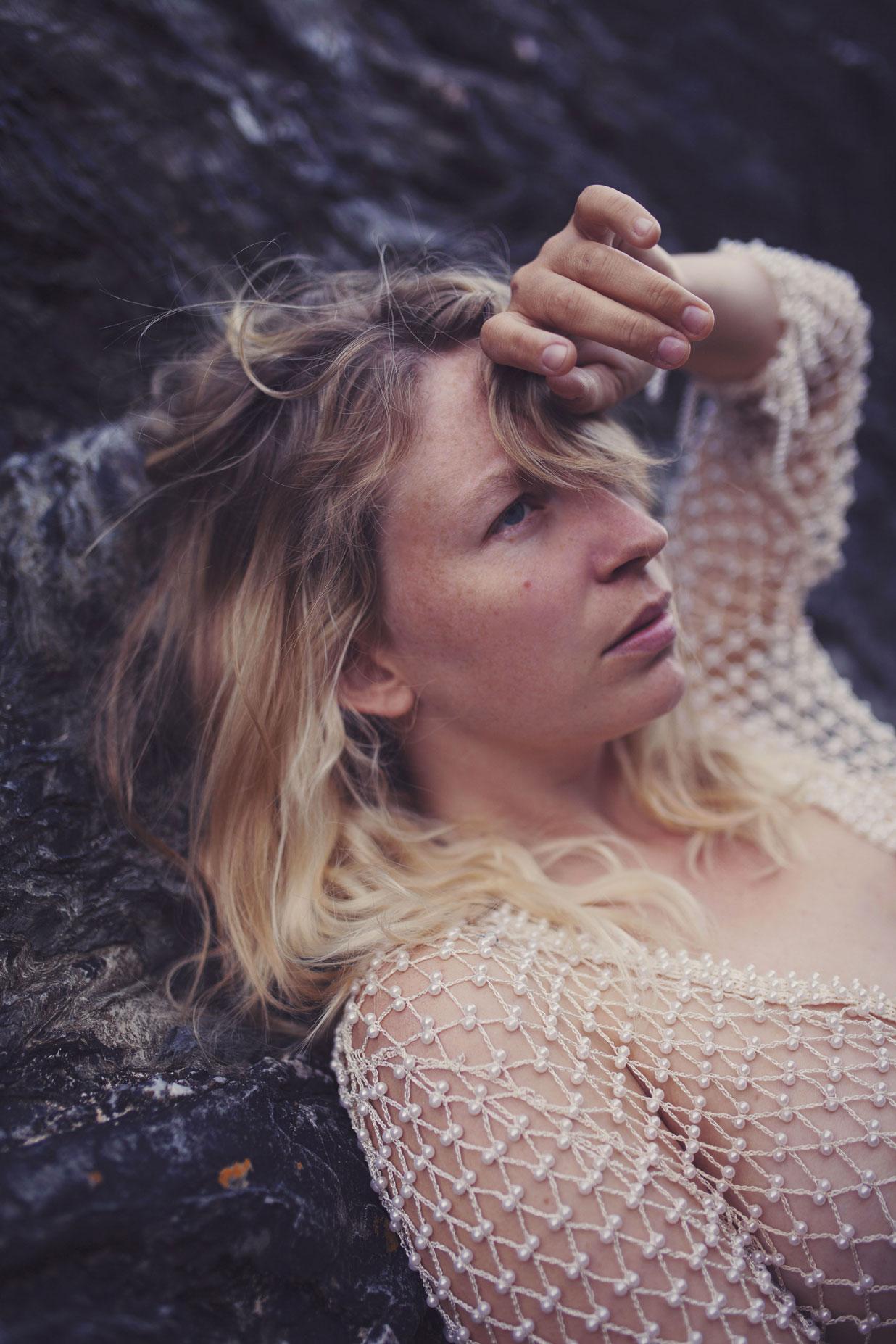 portrait d'une jeune femme au bord de la mer